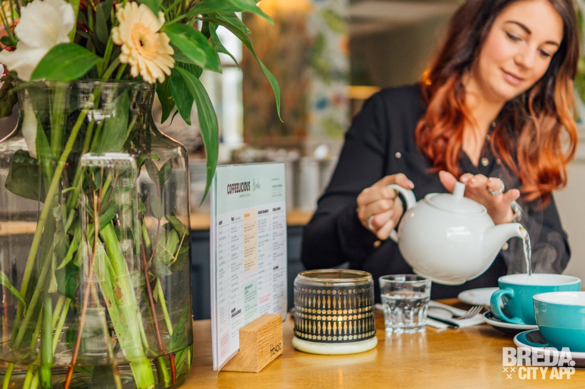 """""""Alleen al van de naam van deze breakfast en lunchroom krijg je spontaan zin in een bakkie, zelfs iemand die geen koffie drinkt, zoals ik. Wat ik dan bij Coffeelicious ga doen? Ik ben op weg naar een heerlijke high tea. Yes, je leest het goed, niet alleen de koffie schijnt hier delicious te zijn."""" - Breda Brengt het Samen"""
