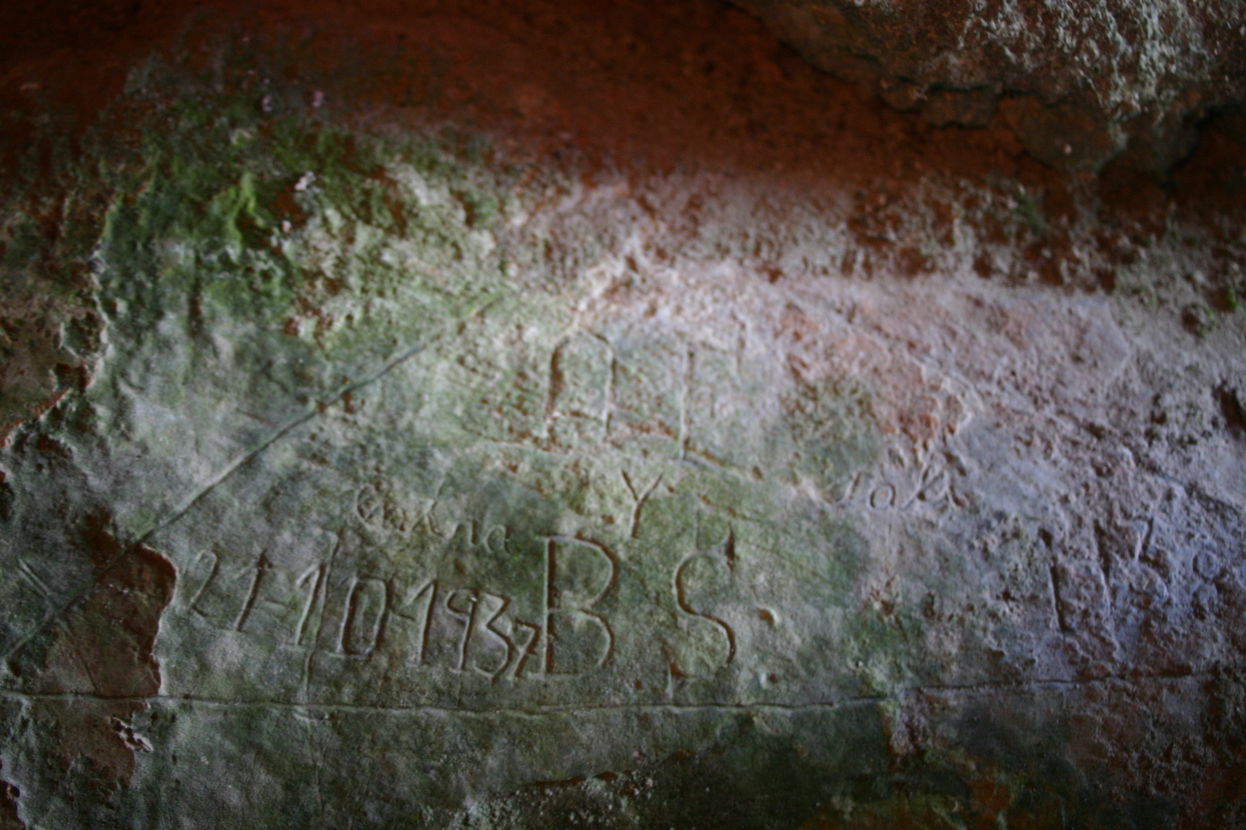 Graffiti in Cueva'l Veiru; the initials of militiamen and date of their entry and exit. Photo: Jesús Fernández Fernández