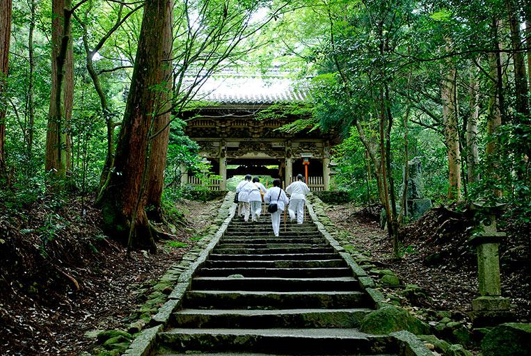 Shikoku pilgrims approach a Japanese Buddhist temple. Photo: Tatuyoshi Toriu
