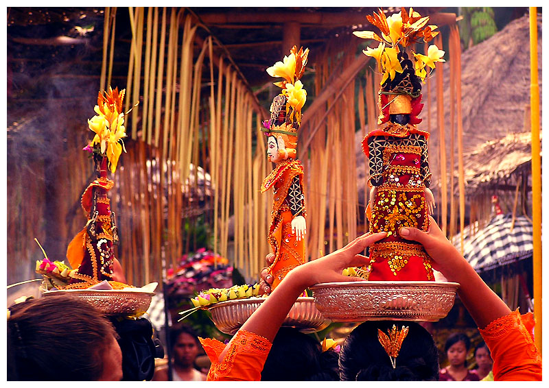 Offerings to the gods is part of daily life in Southeast Asia. Photo: Riza Nugraha