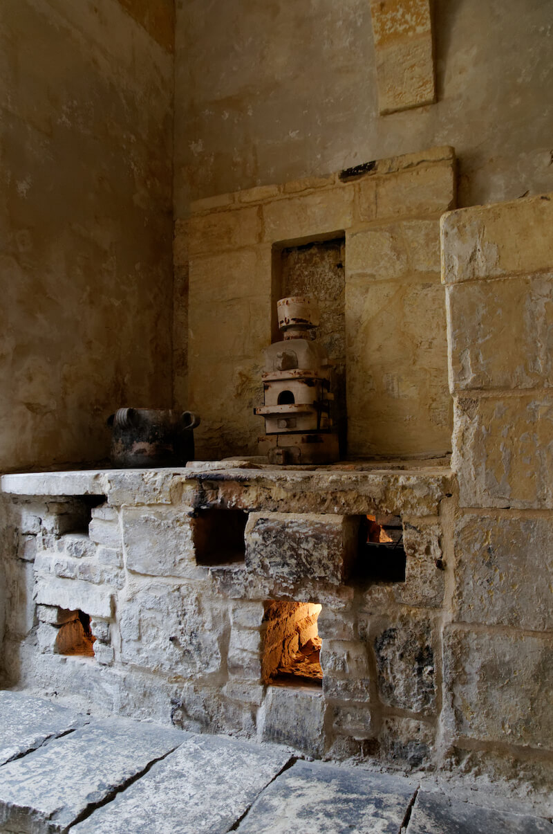 The kitchen area in the Inquisitor Palace in Birgu. Photo credit: Marie-Lan Nguyen 2012 (Creative Commons)