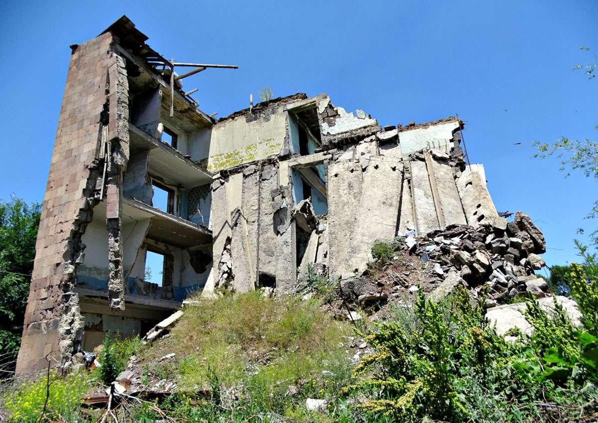 Ruin of Building Destroyed in 1988 Spitak Earthquake. Image credit  Adam Jones .