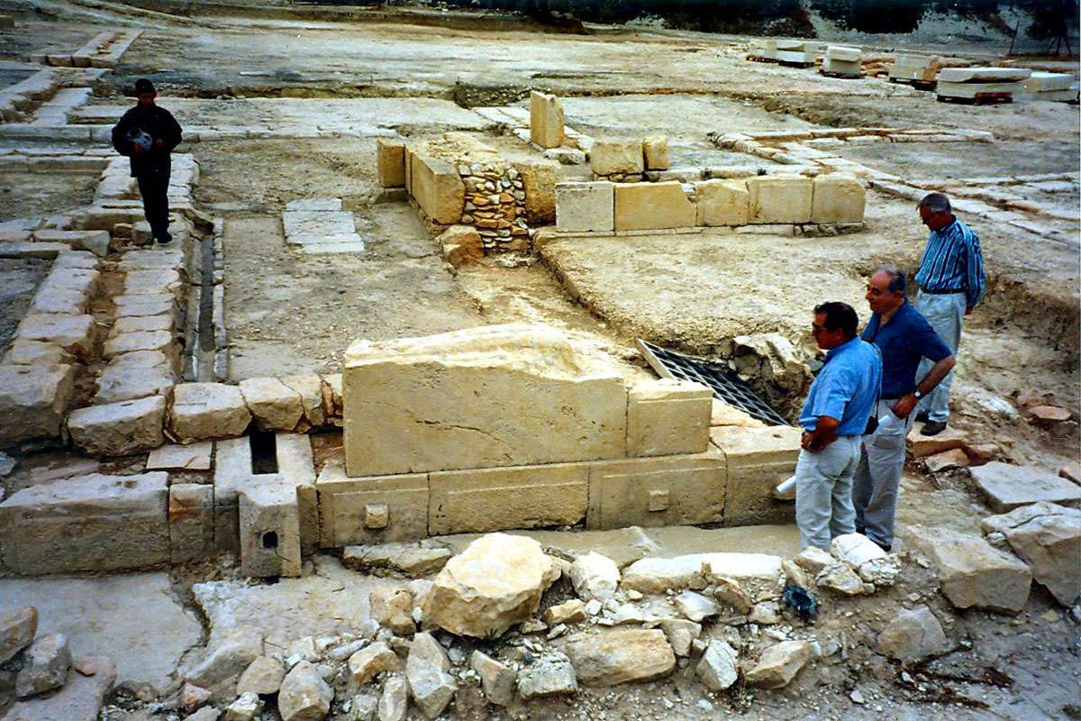 Sophocles demonstrates the function of the drain system to Malcolm Wiener and Paul Aström in October 1998