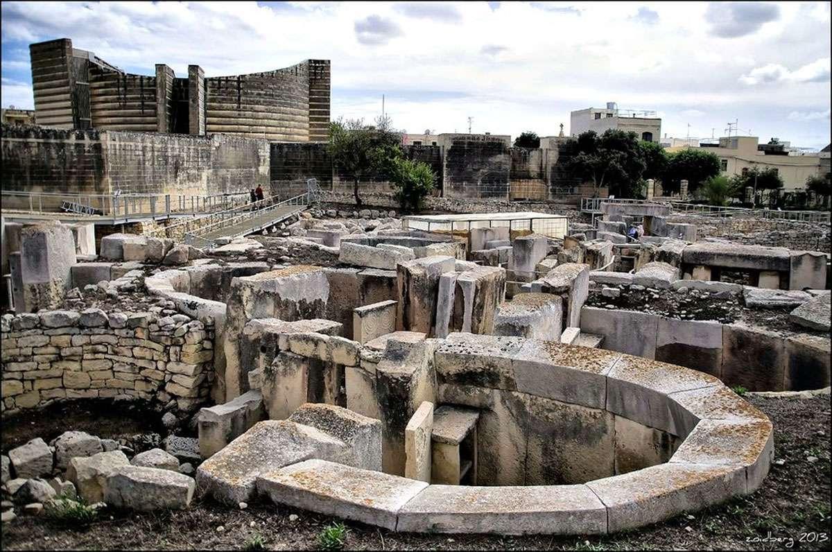 Tarxien Megalithic Temple (3150 BC) - Image credit:  Dr Zoidberg .