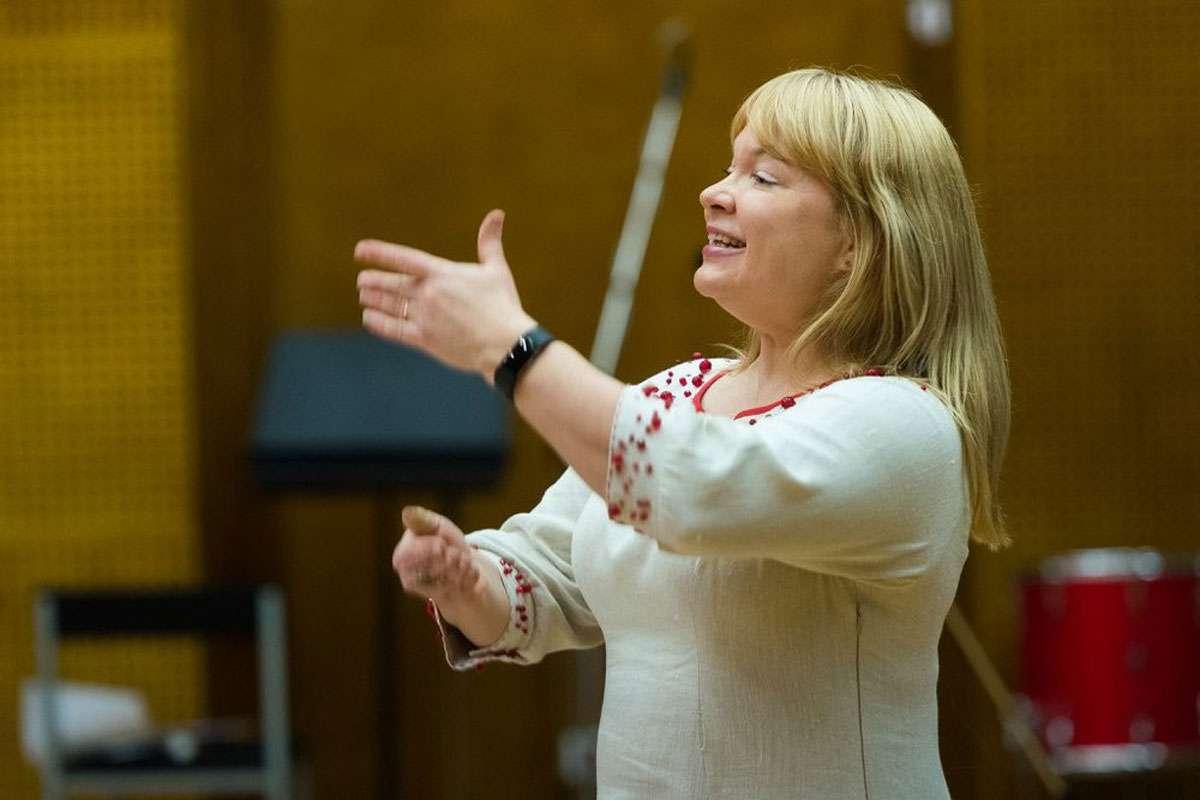 Kaie conducting a choir. Credit: Kaie Tanner