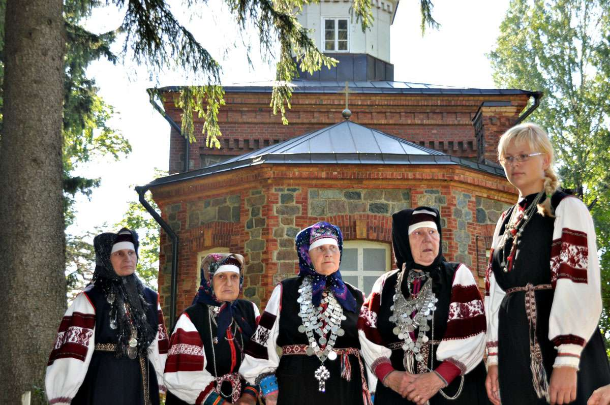 Members of the Varska Leelokoor Leiko choir pay their respects to a departed friend. Photo: Meg Pier