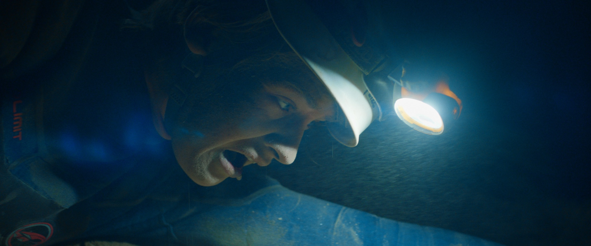 Charlotte (Heidi Toini) lyser opp grotten for å finne veien videre.