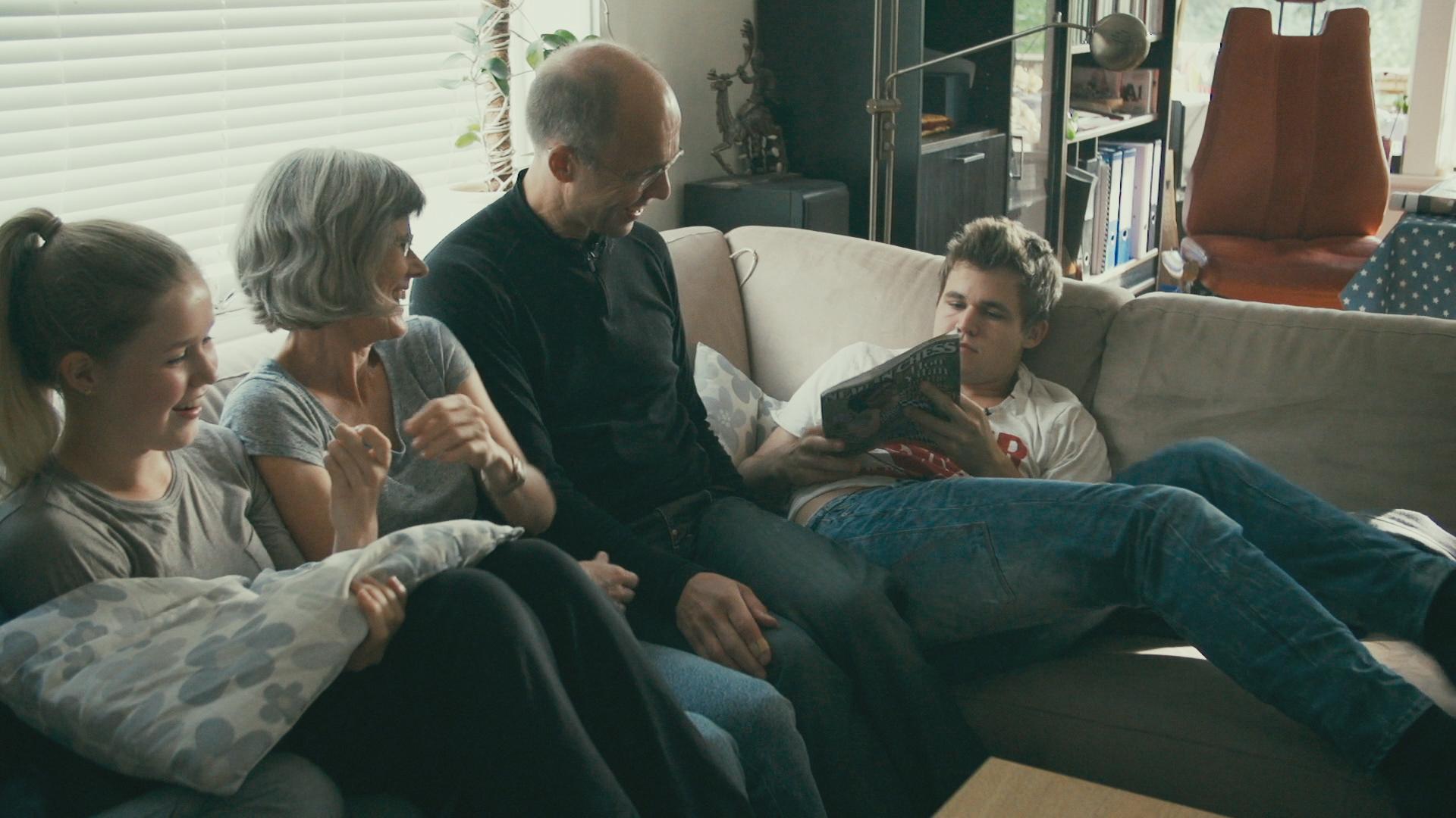Foreldrene og søstrene Carlsen backer opp den innesluttede sjakkmesteren.