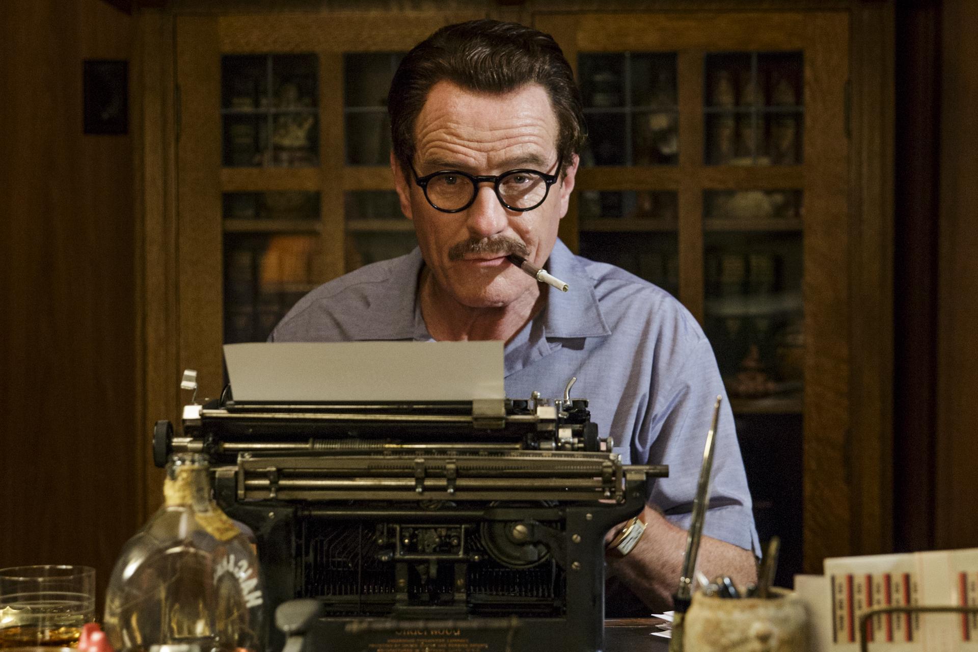 Tøft å være kommunist og manusforfatter i Hollywood i den kalde krigen. Dalton Trumbo (Bryan Cranston) i «Trumbo».