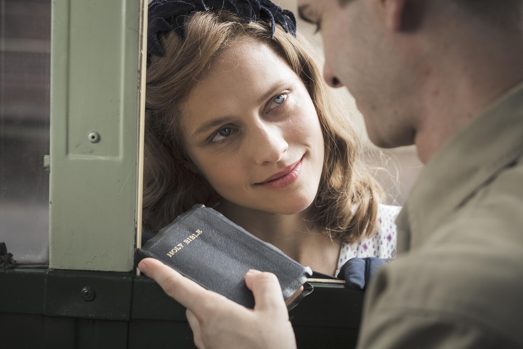 Kjæresten Dorothy (Teresa Palmer) og Bibelen blir holdepunkter som berger Desmond gjennom mobbingen i militærleiren.