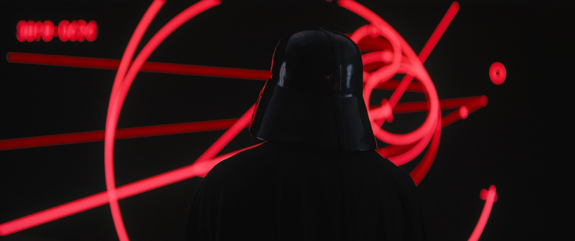 Darth Vader dukker opp og tar i bruk sin røde lyssabel.