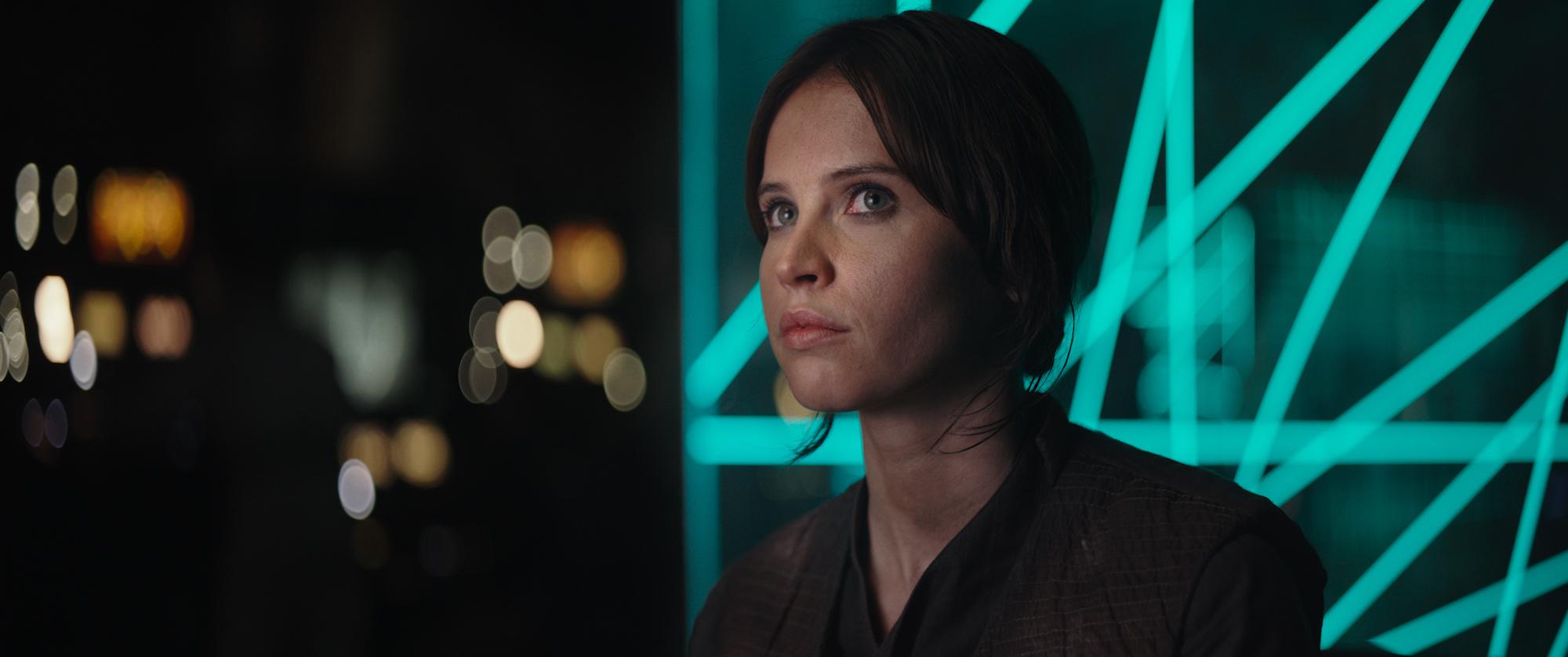"""Jyn """"Stjernestøv"""" Erso (Felicity Jones) slutter seg til opprøret mot Imperiet i den nye Star Wars-filmen."""
