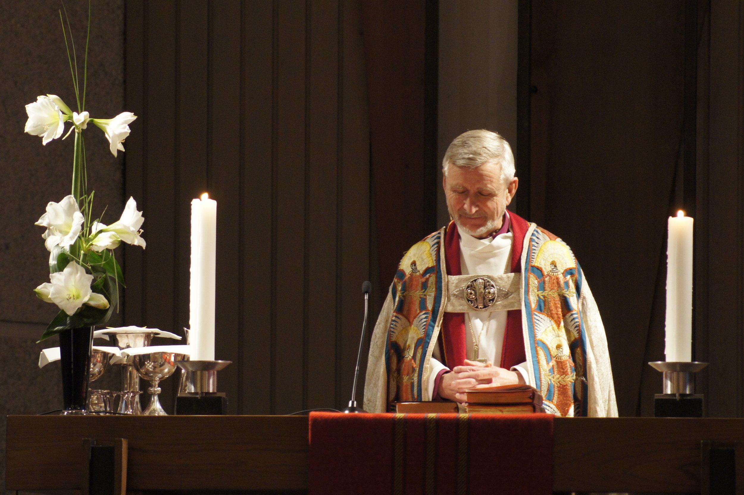 Erling Pettersen ved alteret i Gand kirke i Sandnes. (Foto: Agnes Christensen)