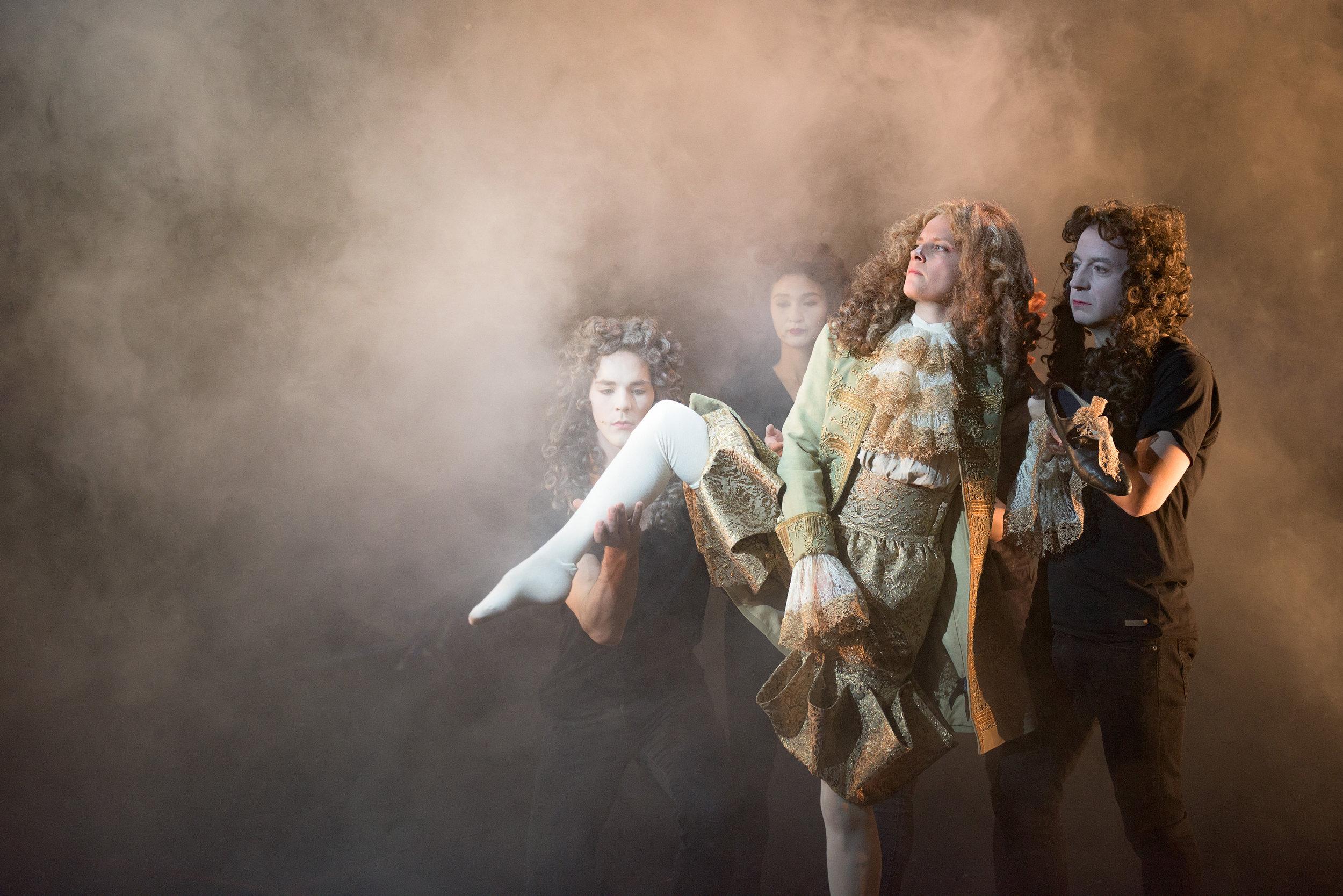 """Scene fra """"Orlando"""" med Nina Ellen Ødegård i hovedrollen. (Foto: Rogaland teater)"""