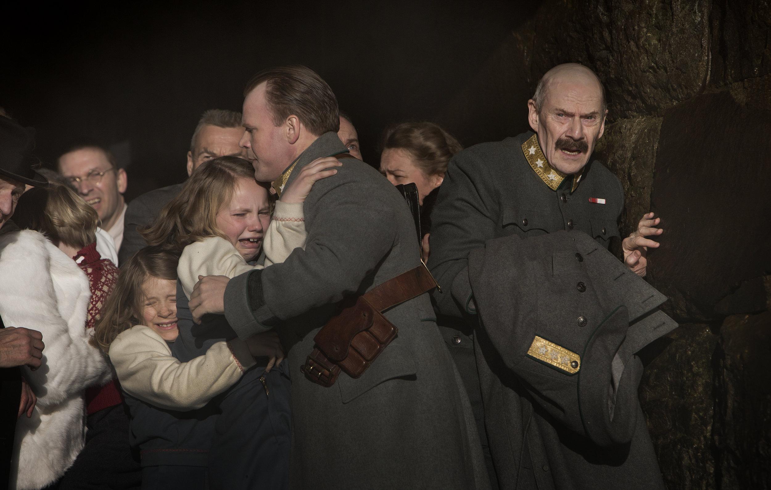Kronprins Olav (Anders Baasmo Christiansen) og kong Haakon (Jesper Christensen) må ta farvel med prinsebarna.