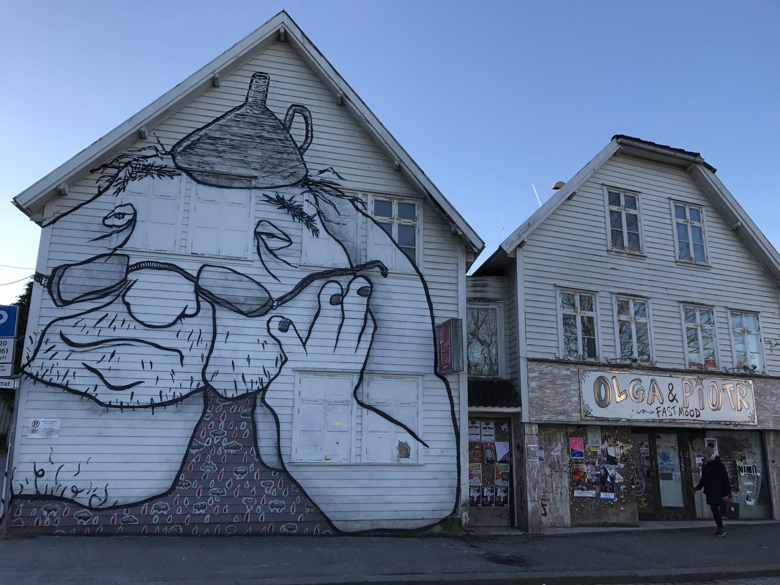 Gubben på Nytorget konkurrerer   i slitenhet med fasaden i Pedersgata 9.
