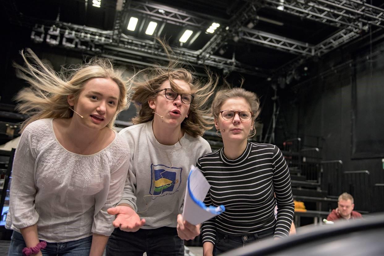 Fra prøvene på Macbeth. Heksene spilles av Nora Sandvall, Casper Egeland Rodvelt og Lotte Eia Richter.