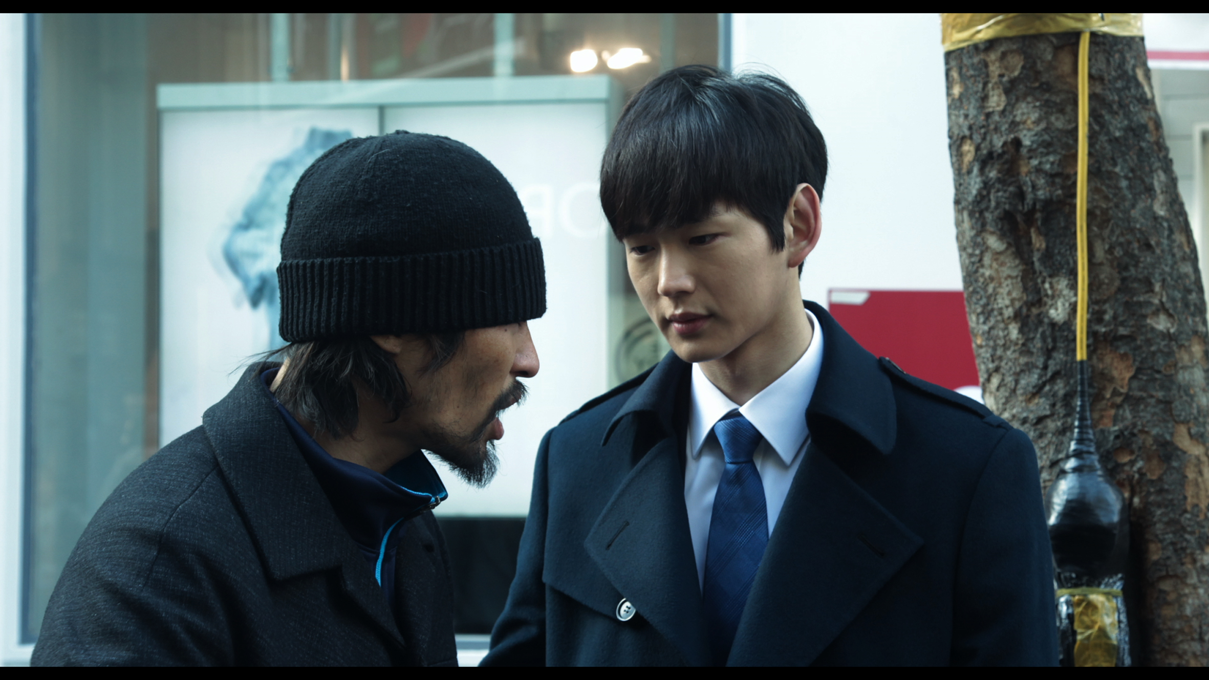 Fiskeren Nam (Ryoo Seung-bum) forsvares av sin sørkoreanske vaktmann Oh (Won-geun Lee).