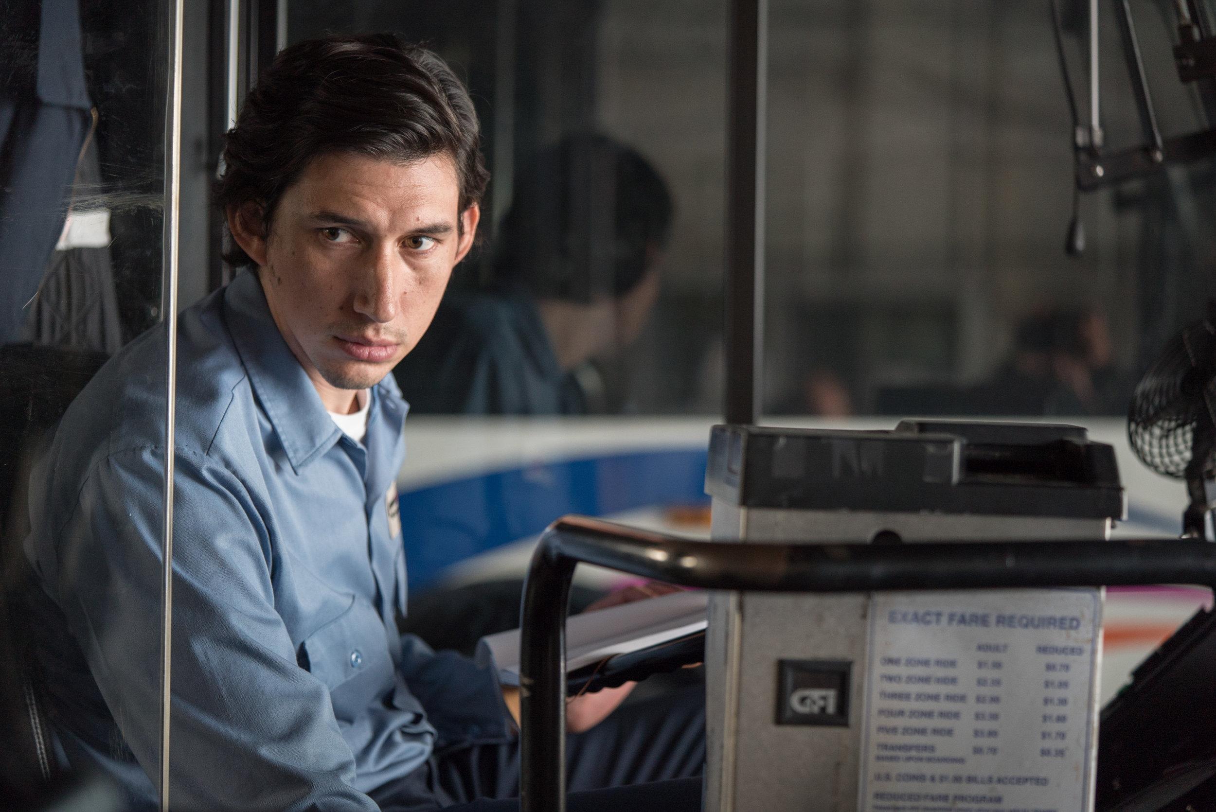 I pauser fra jobben som bussjåfør skriver Paterson   (Adam Driver)ned sine dikt i en notisbok.
