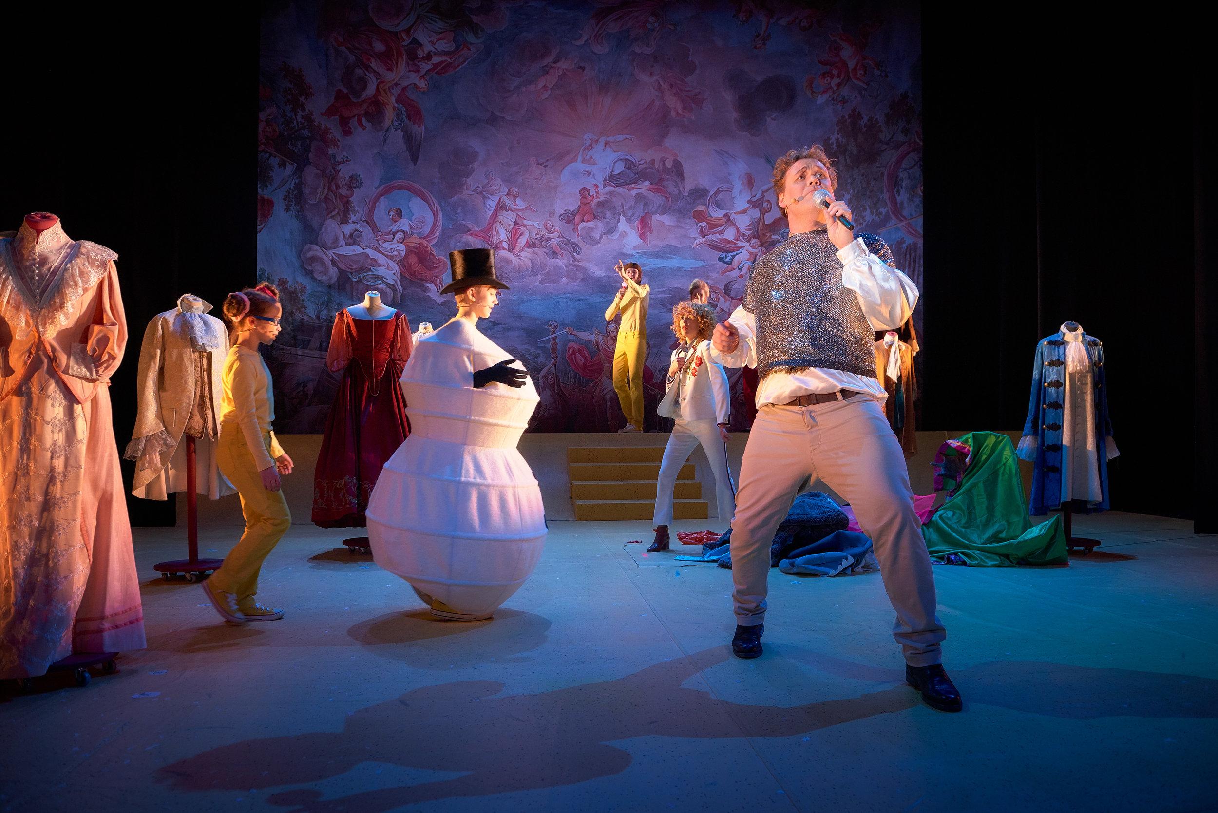 Hint om klimakrisen gir grunn til å la snømenn entre scenen i starten. Den lekne keiseren (Cato Skimten Storengen)tar en sang.