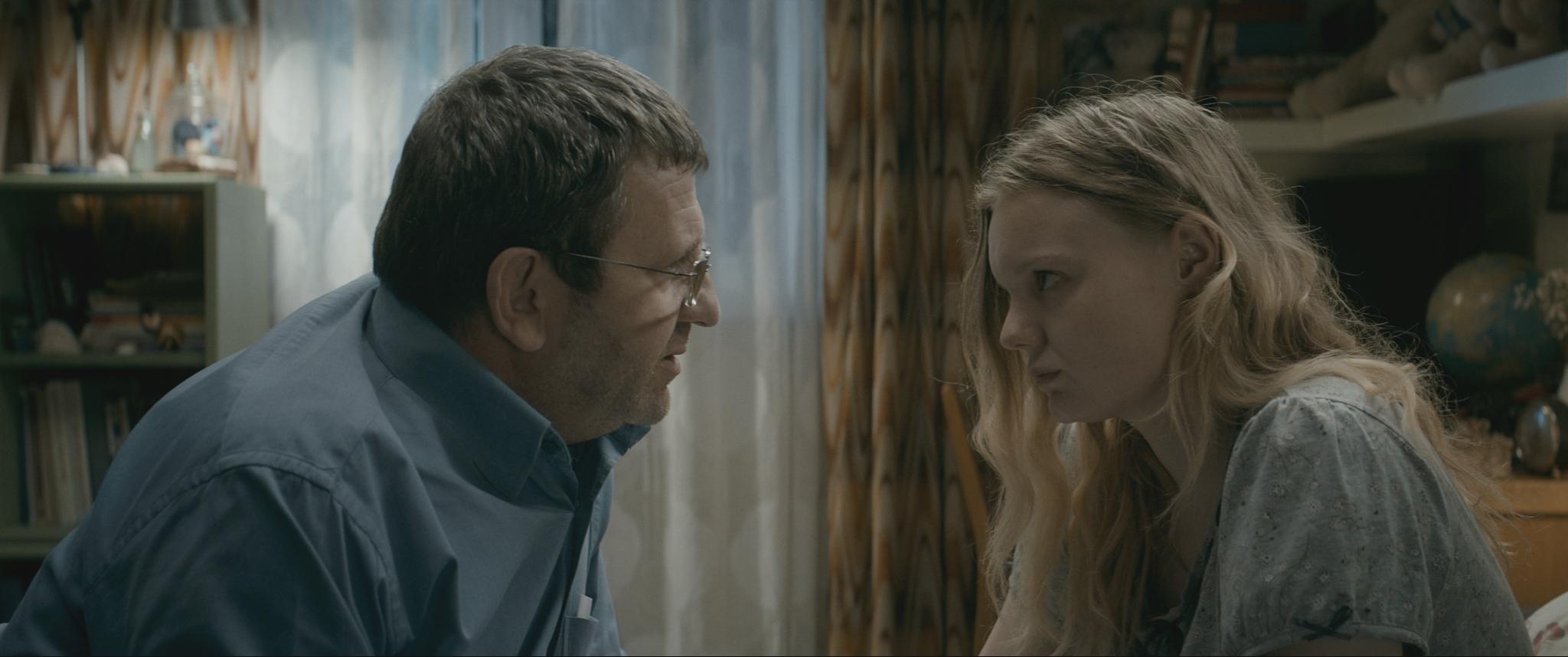 Faren (Adrian Titieni) forsøker å få datteren (Maria-Victoria Dragus) til å emigrere til England.