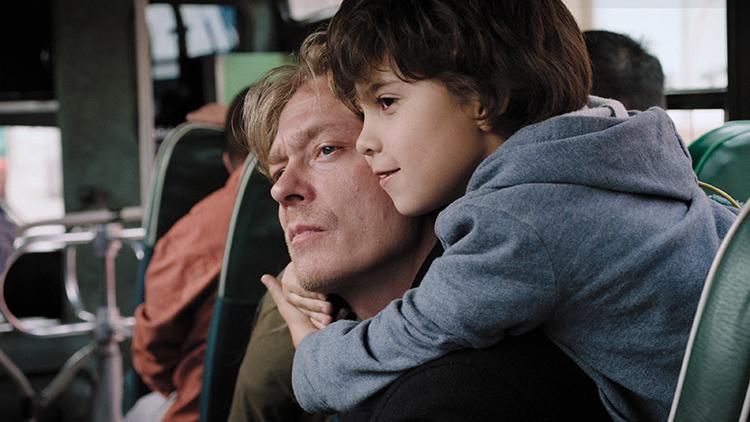 Daniel (Kristoffer Bech) og adoptivpappa Kjetil (Kristoffer Joner) i et lykkelig øyeblikk.