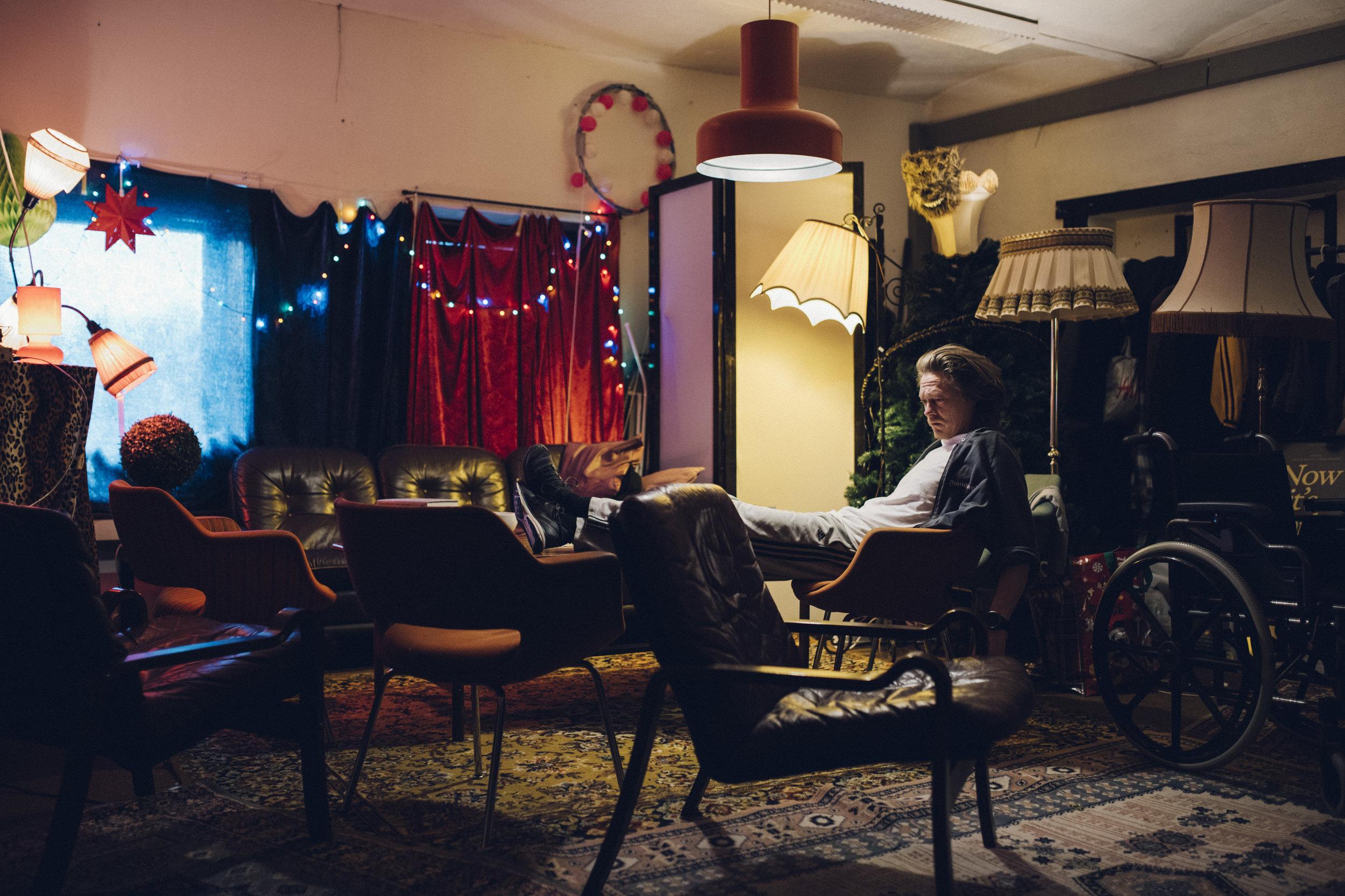 Kristoffer Joner triver med å slappe av i stua til produksjonsselskapet Chezville på Storhaug i Stavanger.