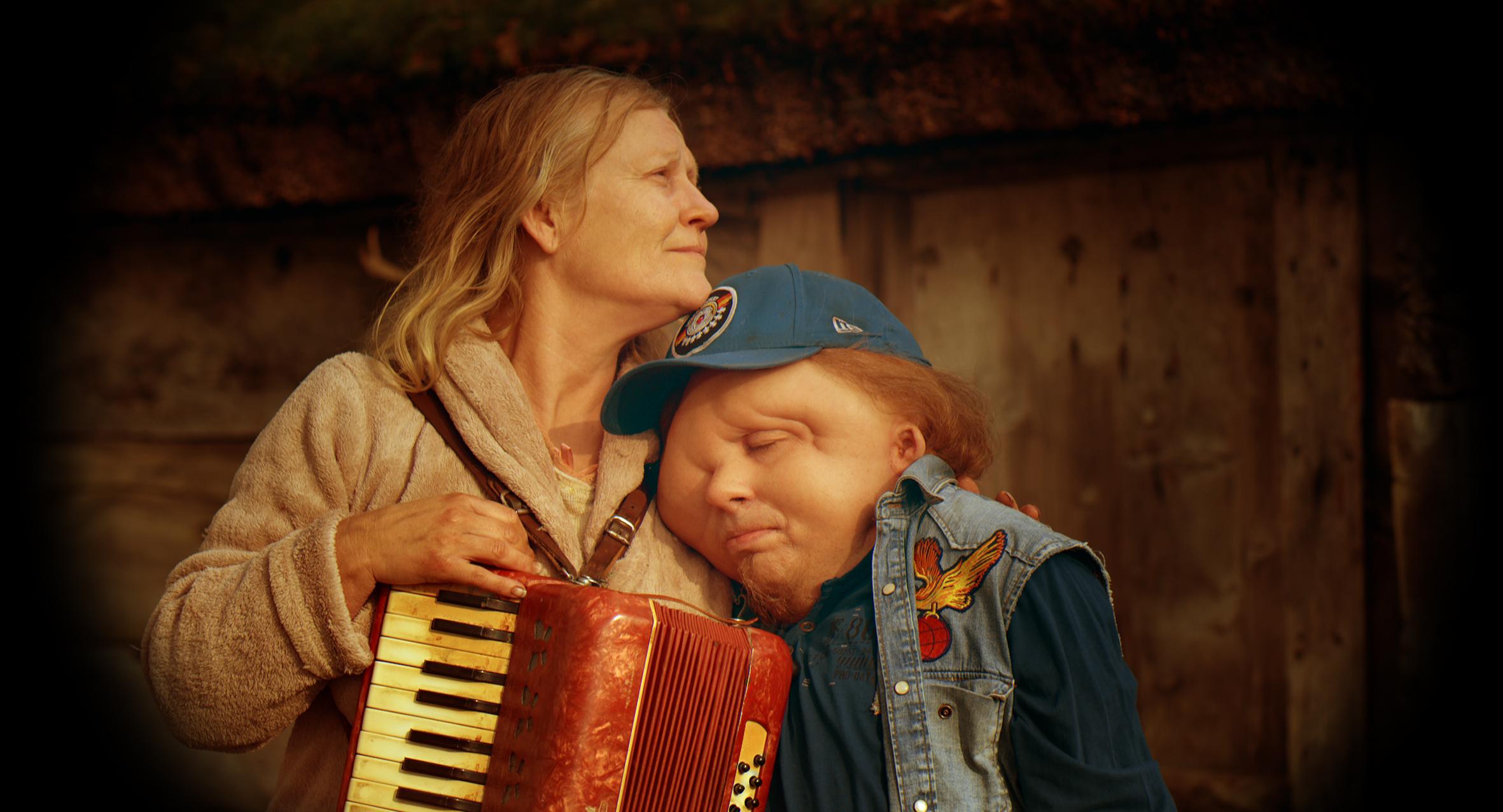 Den funksjonshemmede Rikard (Christian Andrén) drømmer om å møte sin mor (Anna Bjelkerud).