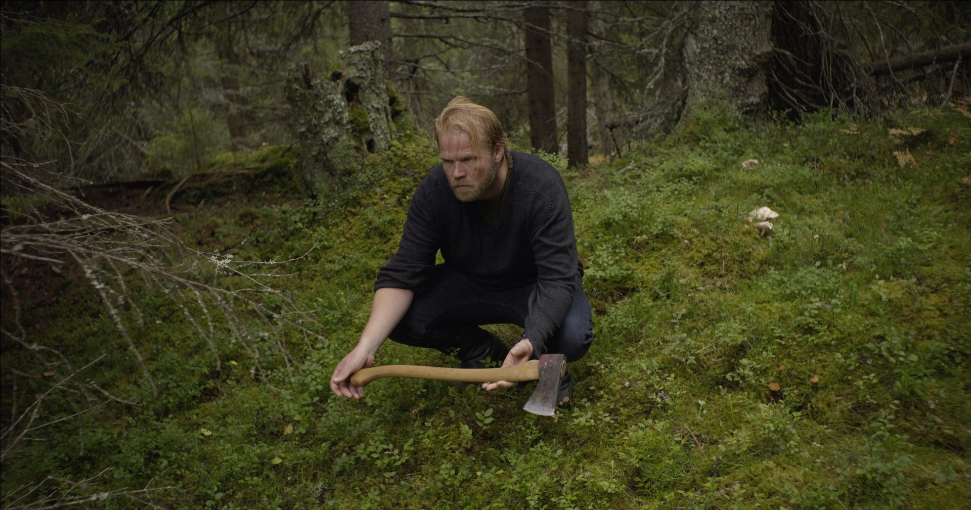 Anders (Anders Baasmo Christiansen) har vendt hjem til Rukkedalen og kjøpt seg øks. Men hva er målet hans med all hoggingen?