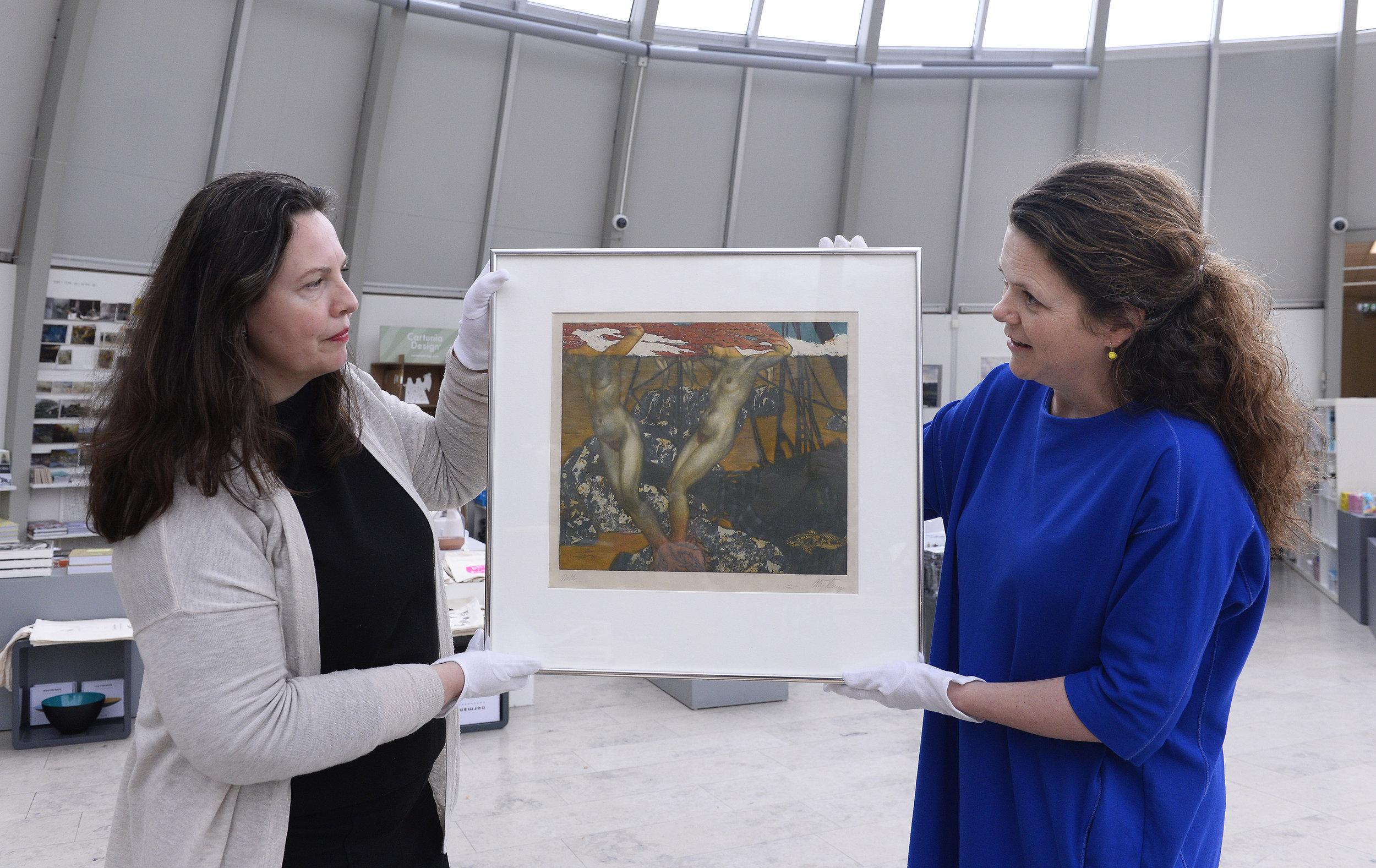 """- Fargeraderingen """"Tang"""" fra 1912 er et av Olaf H. Langes hovedverk. Nylig fant jeg et maleri i storformat av samme motiv i privat eie, sier kunsthistoriker Arnhild Sunnanå, til venstre. - Nå må publikum hjelpe oss å finne flere Lange-malerier, sier Hanne Beate Ueland, avdelingsdirektør ved Stavanger kunstmuseum."""