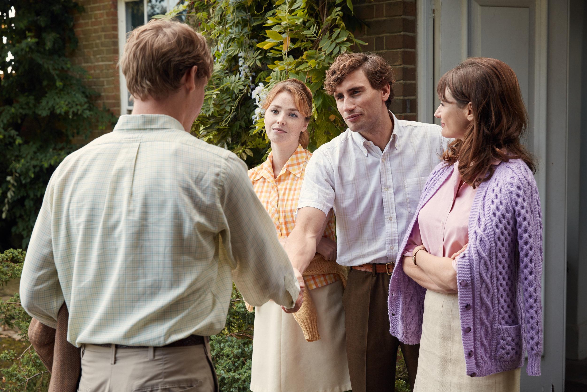 Studenten Tony på besøk hos kjæresten Veronica (Freya Mavor), hennes bror og mor (Emily Mortimer).