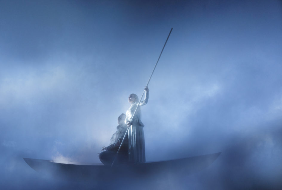 Sluttbildet i Edda av Robert Wilson. Odin og volven reiser mot en bedre framtid etter Ragnarok.
