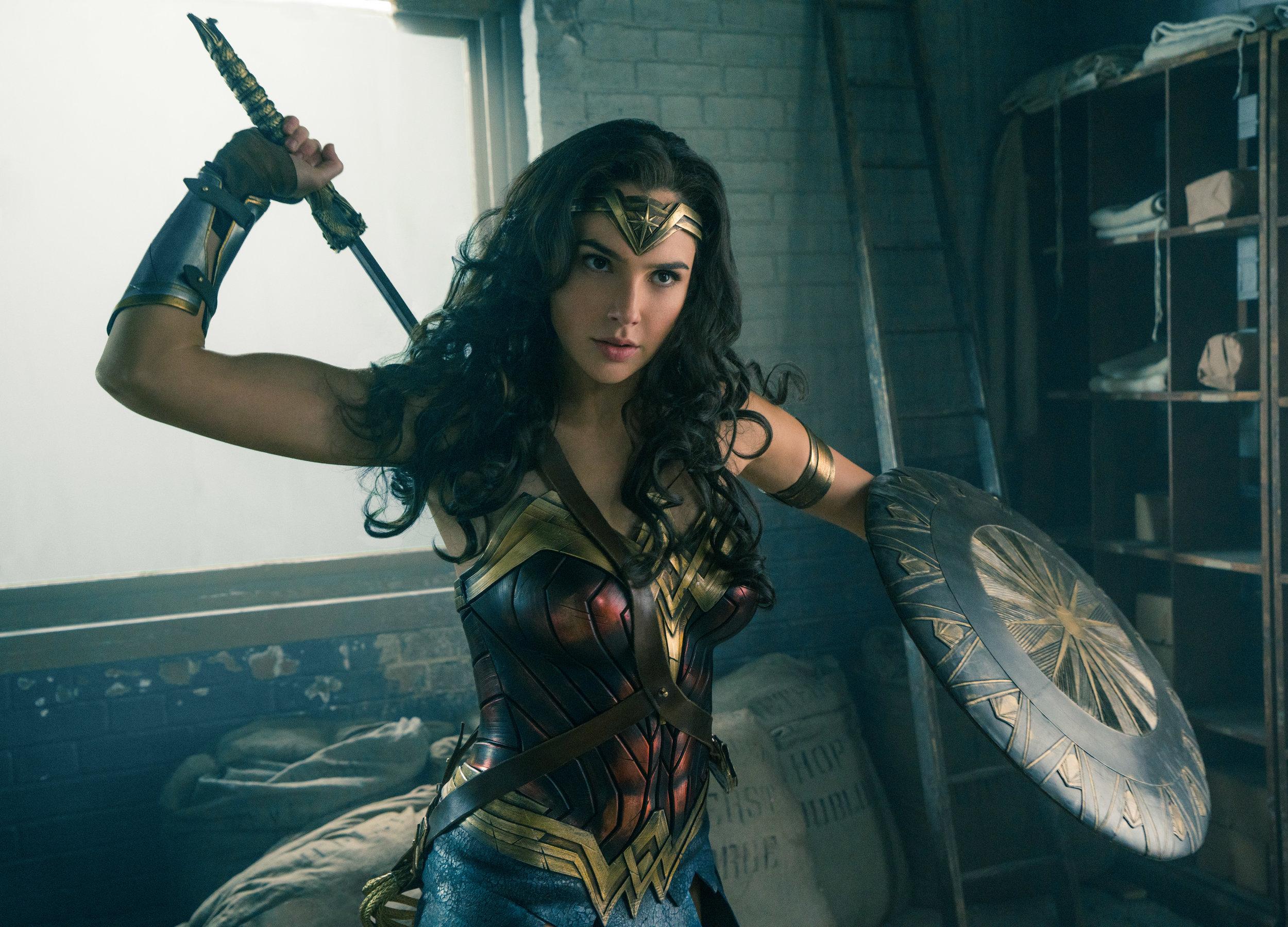 Diana Prince, alias Wonder Woman (Gal Gadot), bruker sverdet Gudedreperen, to armbånd som kan motstå kuler, en tiara som fungerer som prosjektil og et skjold for å prøve å stanse 1. verdenskrig.