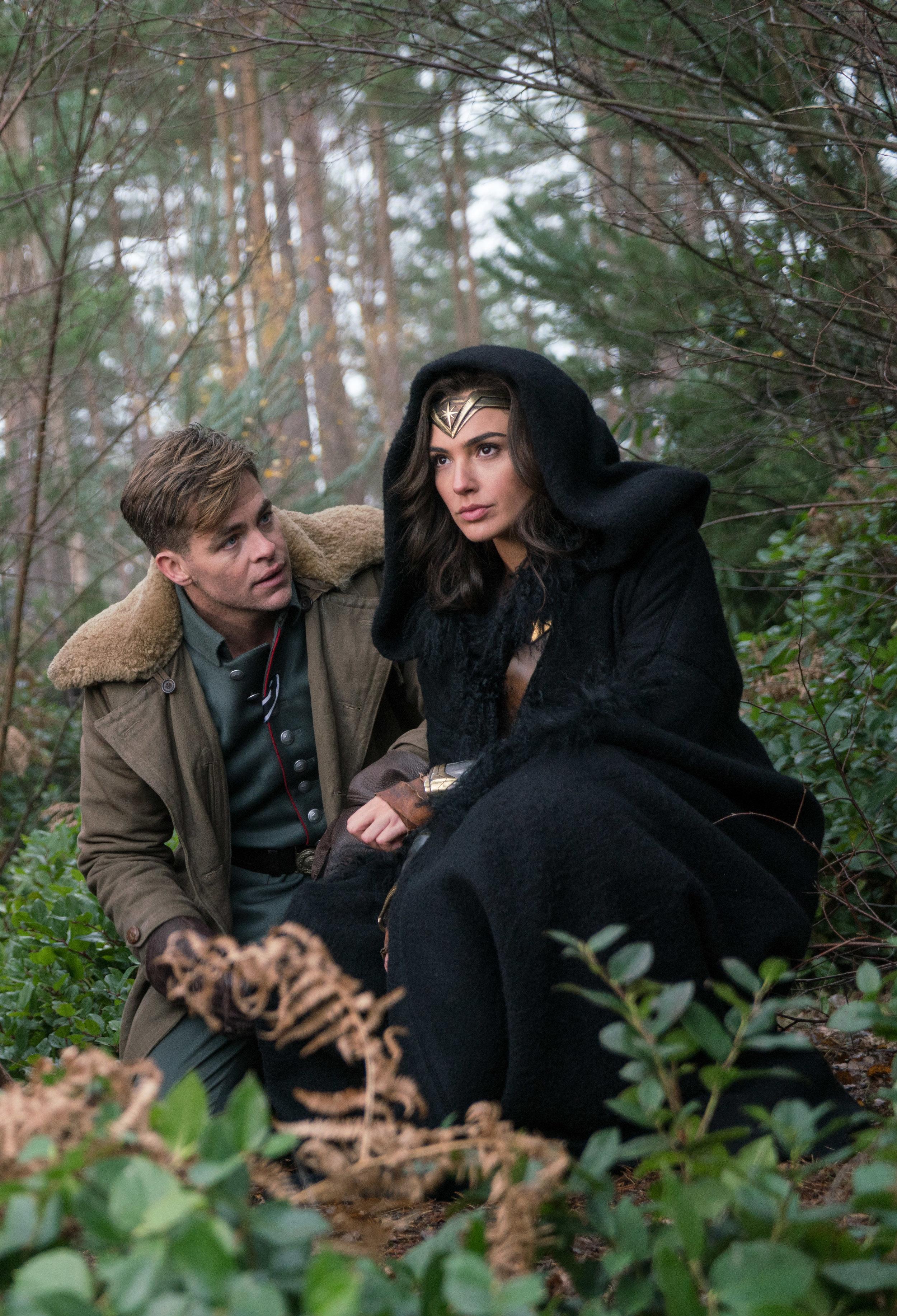 Steve Trevor (Chris Pine) er full av beundring for Diana/Wonder Woman (Gal Gadot).