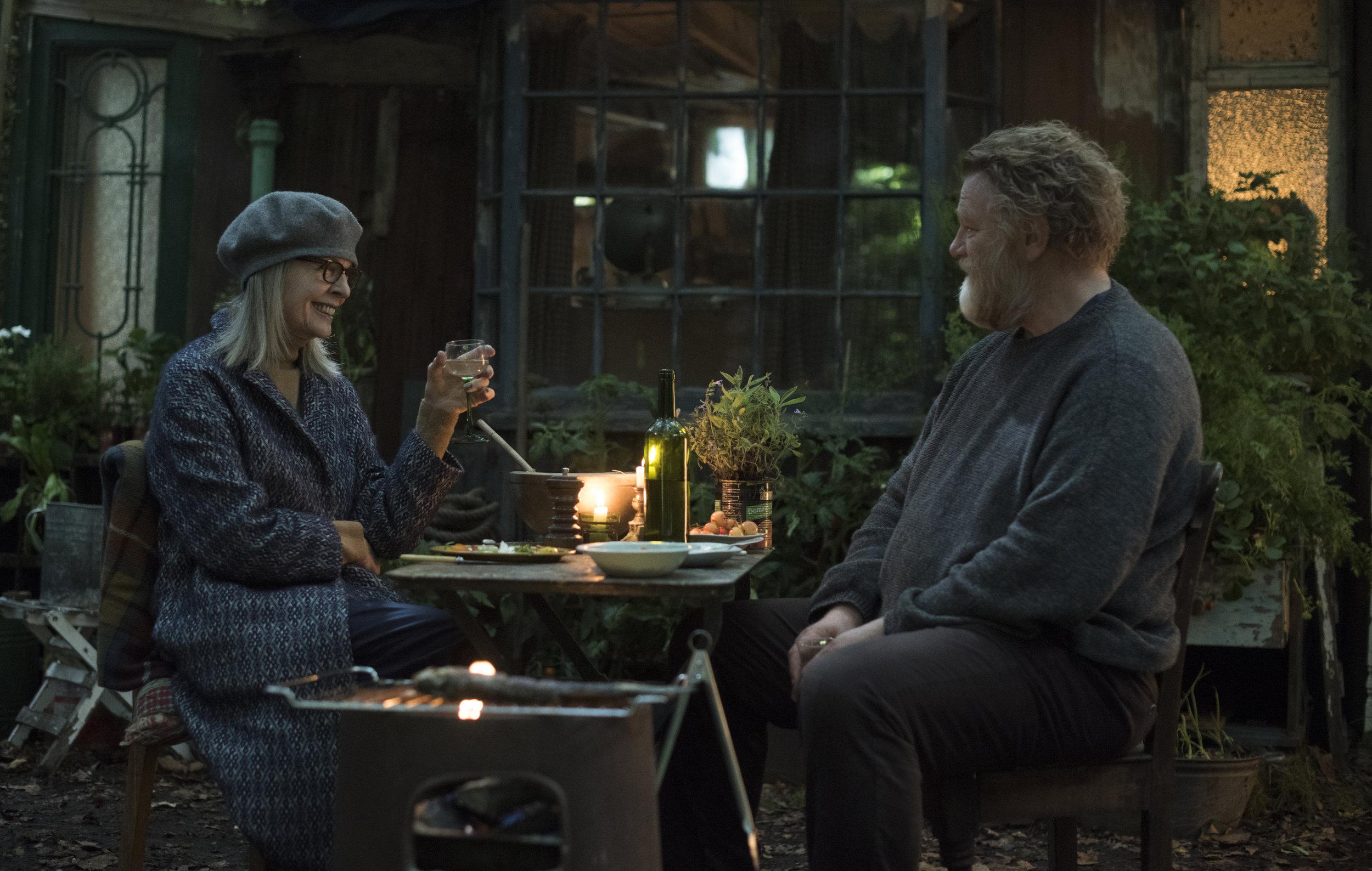 Emily (Diane Keaton), enke med skrantende økonomi, blir kjent med Donald som bor i hjemmesnekret rønne i parken Hampstead Heath.