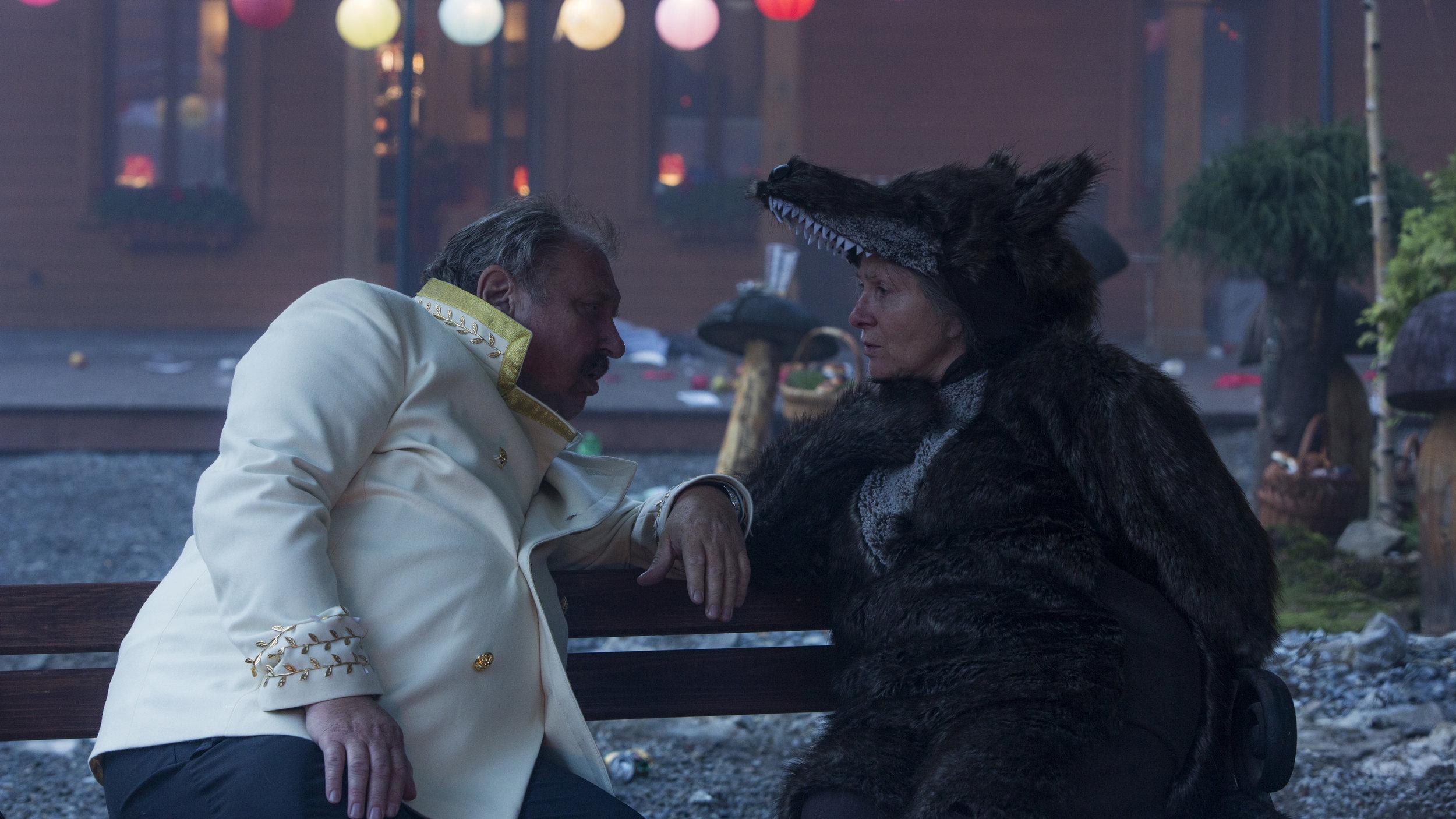 Fru Duszejko prøver å trøste en full borgermester på sopplukkernes årlige karnevalsfest.