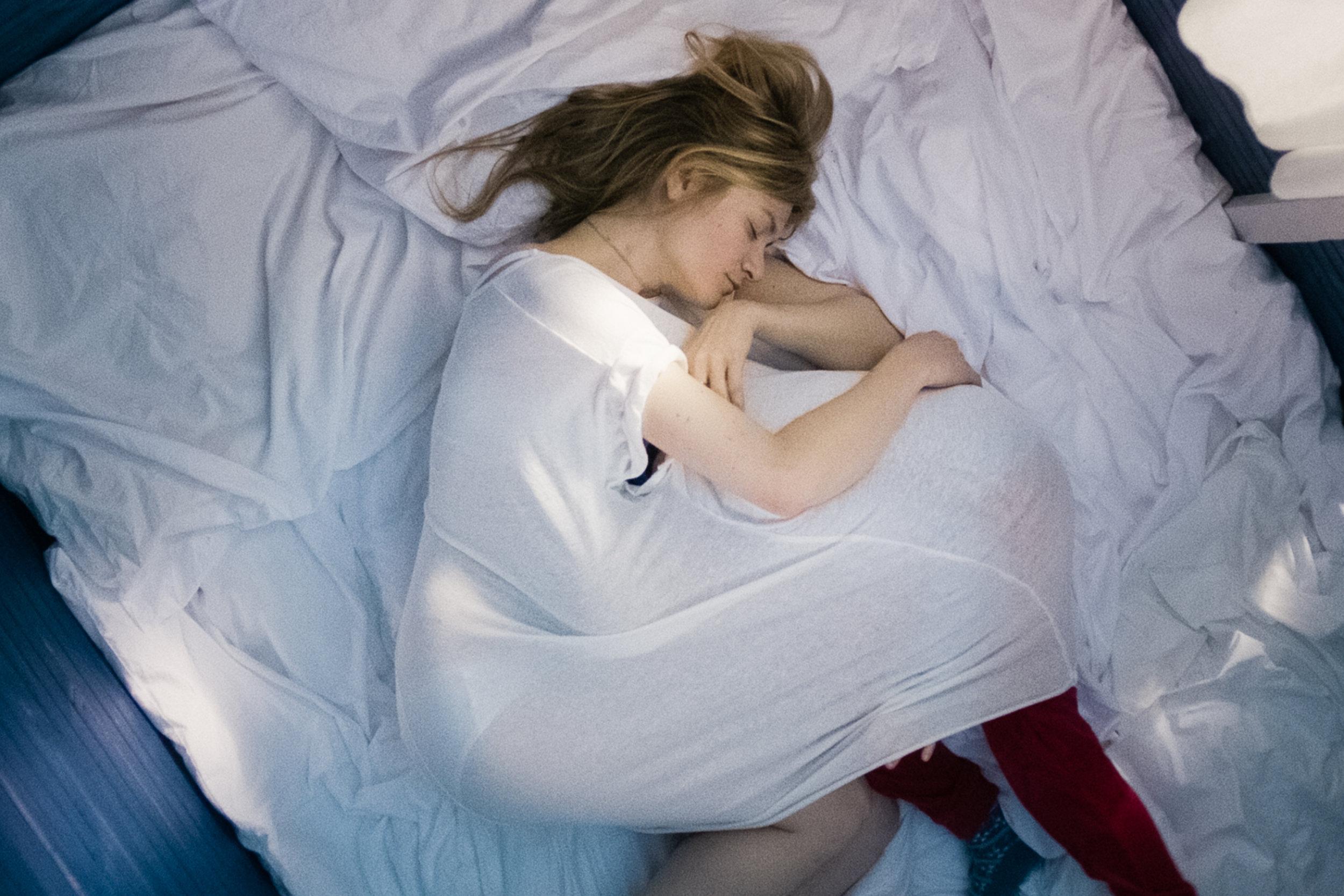 Astrid Lorentz (Julia Jentsch) sørger etter å foretatt sitt livs vanskeligste valg. Her trøster hun seg sammen med sin førstefødte datter.