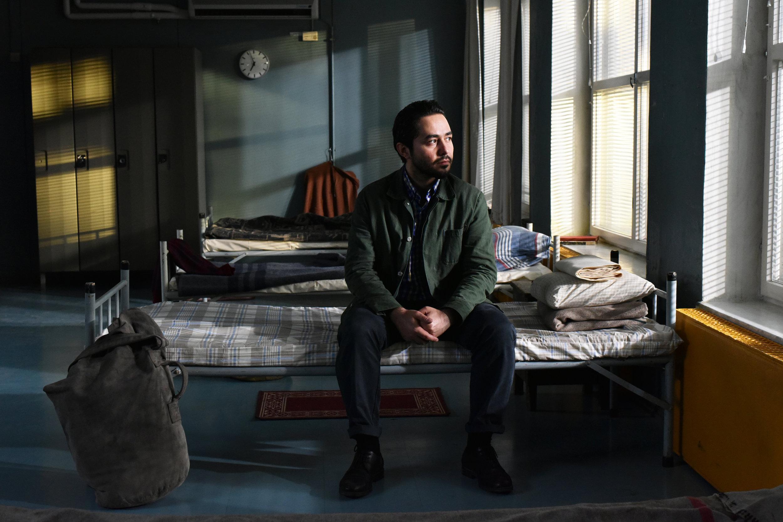 """Den syriske flyktningen Khaled (Sherwan Haji) har ankommet asylmottaket i Helsinki i Aki Kaurismäkis film """"Den andre siden av håpet""""."""