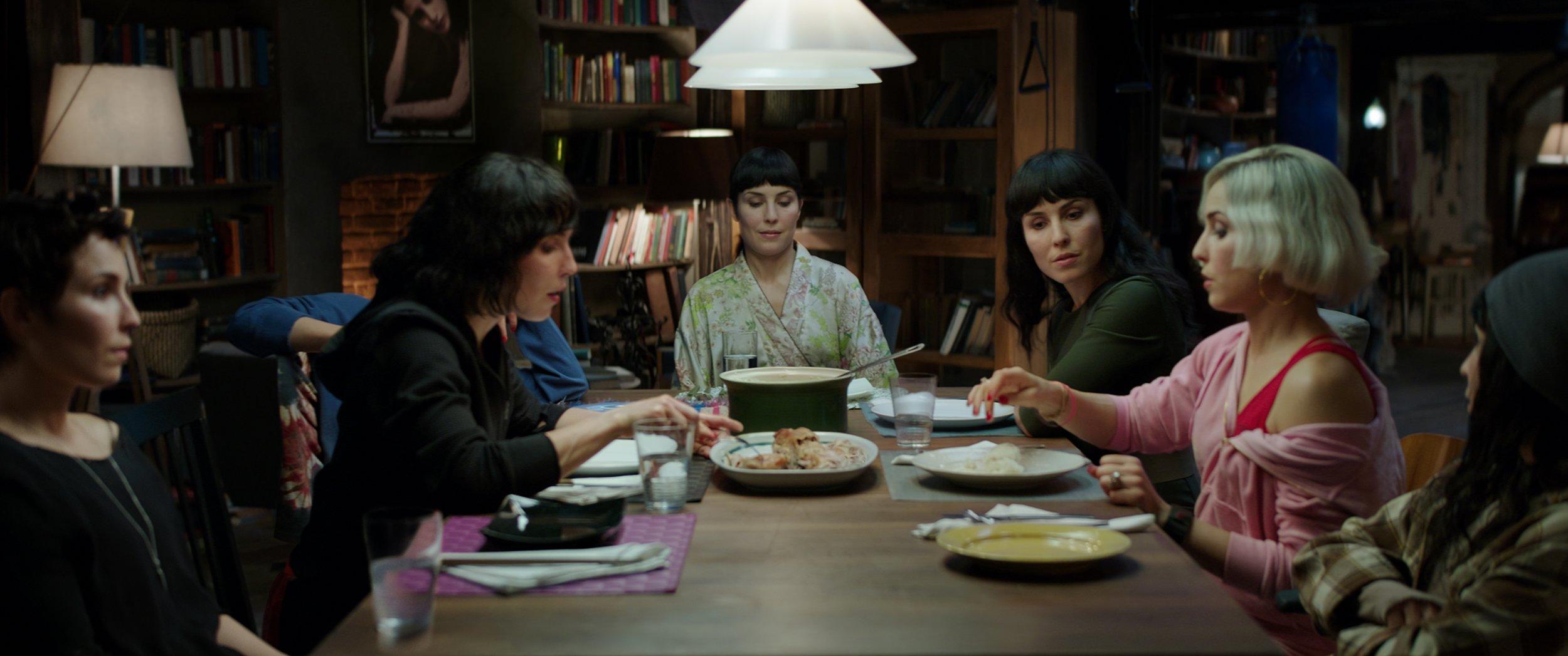 Syv søstre, én skuespiller: Fra venstre sjulingene Thursday, Wednesday, Tuesday (skjult), Monday, Sunday, Saturday og Friday, alle spilt av Noomi Rapace.