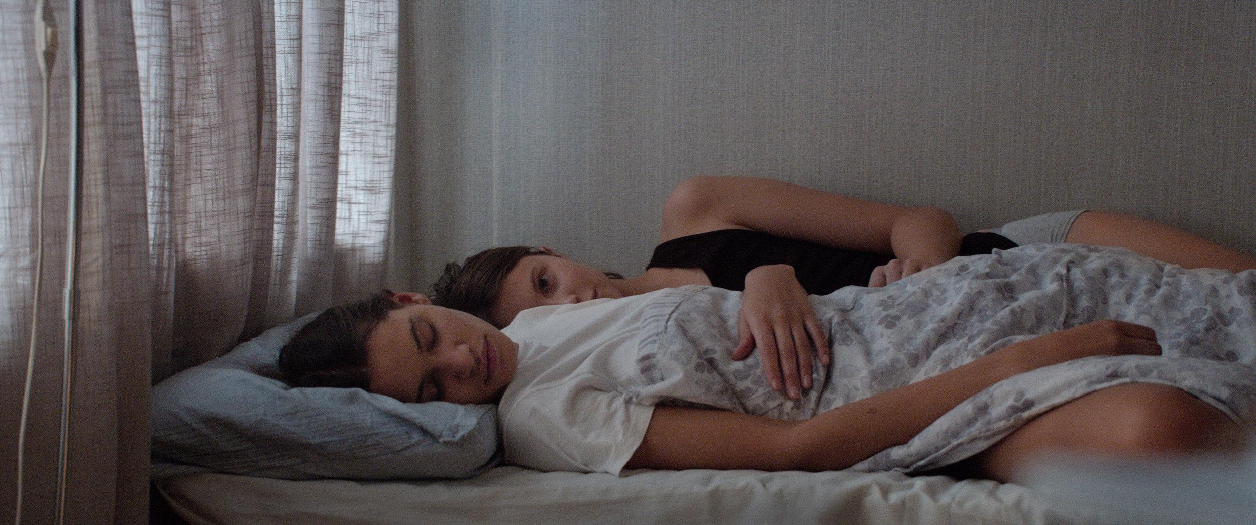 Thelma (Eili Harboe) forelsker seg i medstudenten Anja (Kaya Wilkins).