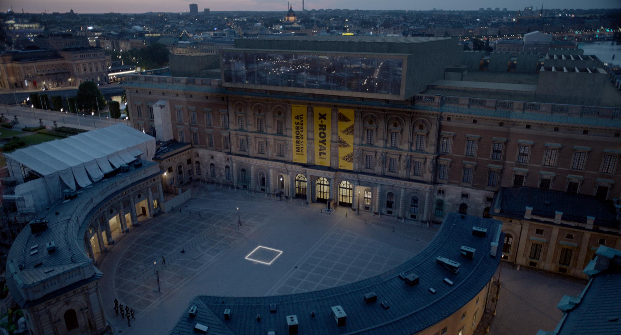 Stockholms slott er overtatt av kunstmuseet X-Royal, og kunstverket Ruten har fått erstatte den gammel statuen av kong Karl Johan XIV på plassen foran inngangen.