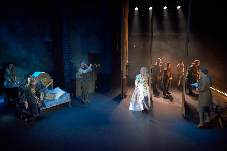 Fra et backstage perspektiv får vi se teatertruppen agere foran et usynlig publikum som brått vris til å bli oss i Teaterhallen.