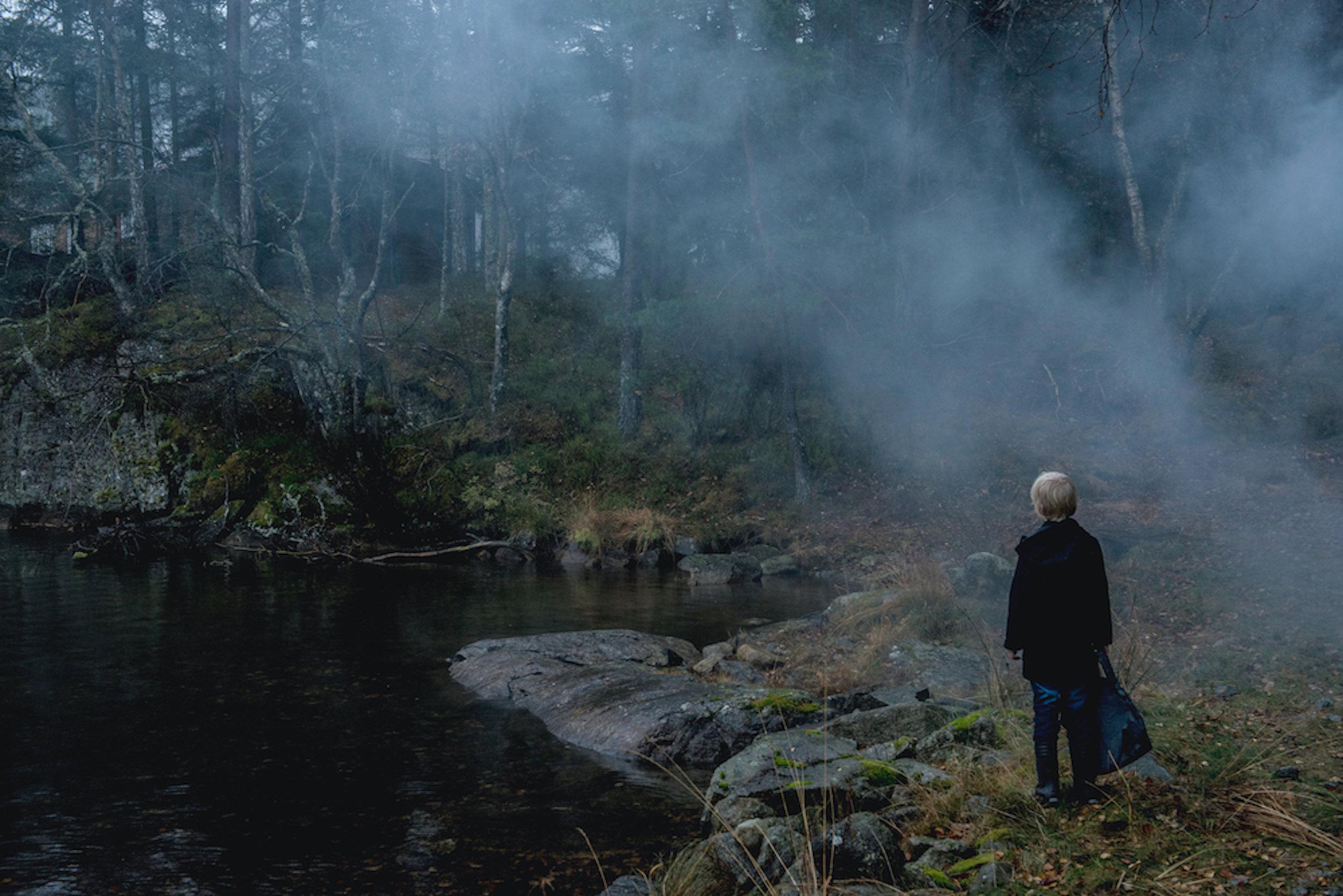 Aslak (Adam Ekeli) finner omsider en hytte langt inni skogen.