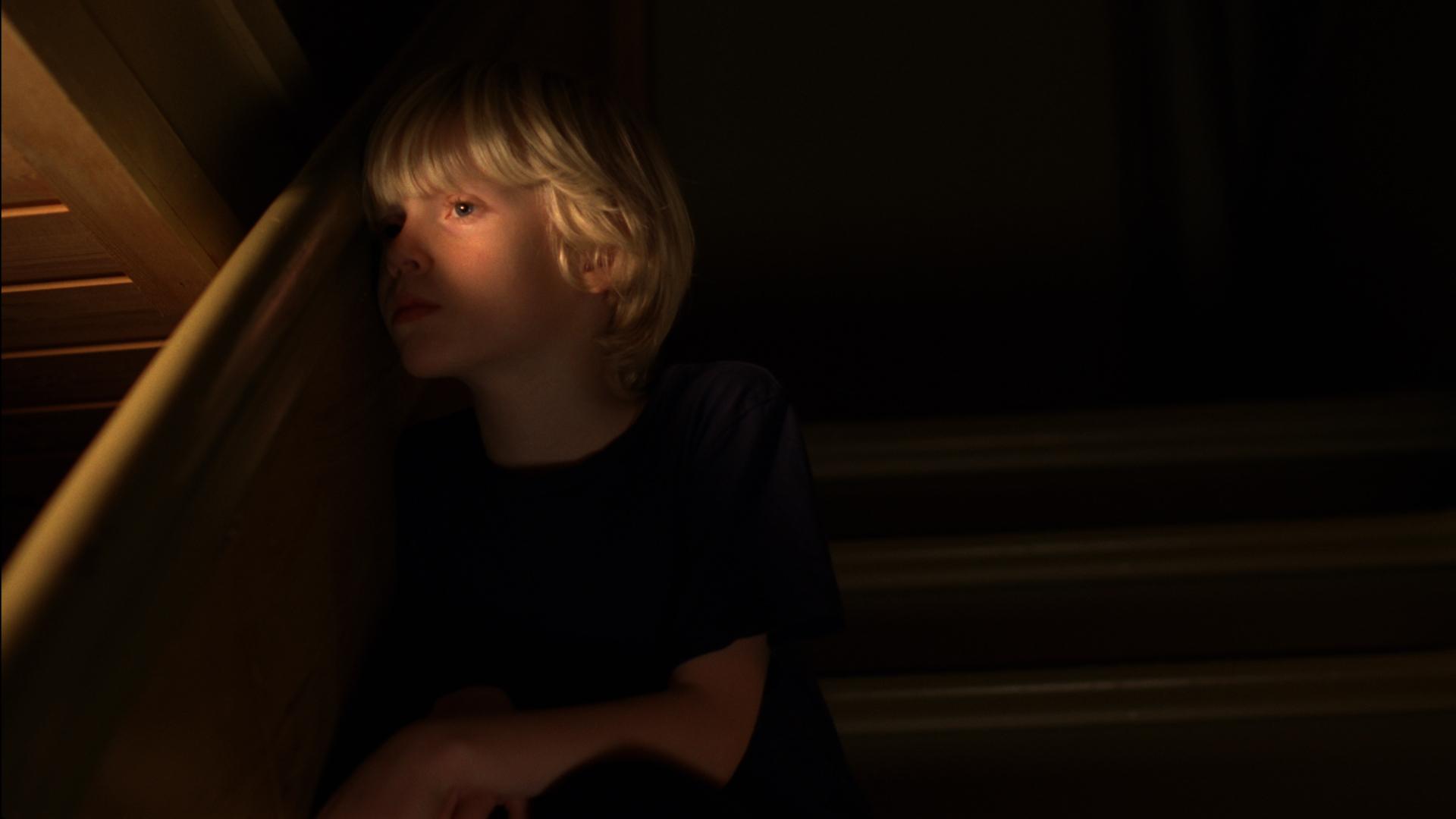 Aslak (Adam Ekeli) blir gående alene med frykten for alt det skumle og fæle som skjer rundt ham.
