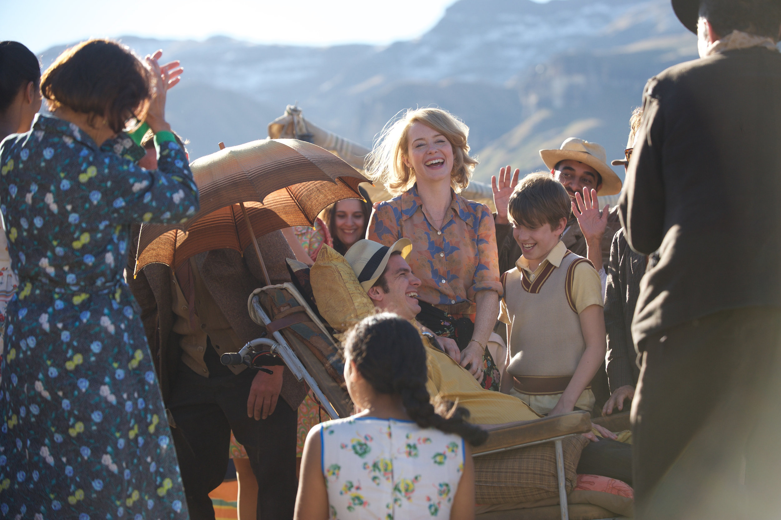 Episode fra familiens ferietur i Spania bidrar til filmens i overkant idylliske og solskinnsaktige tone.