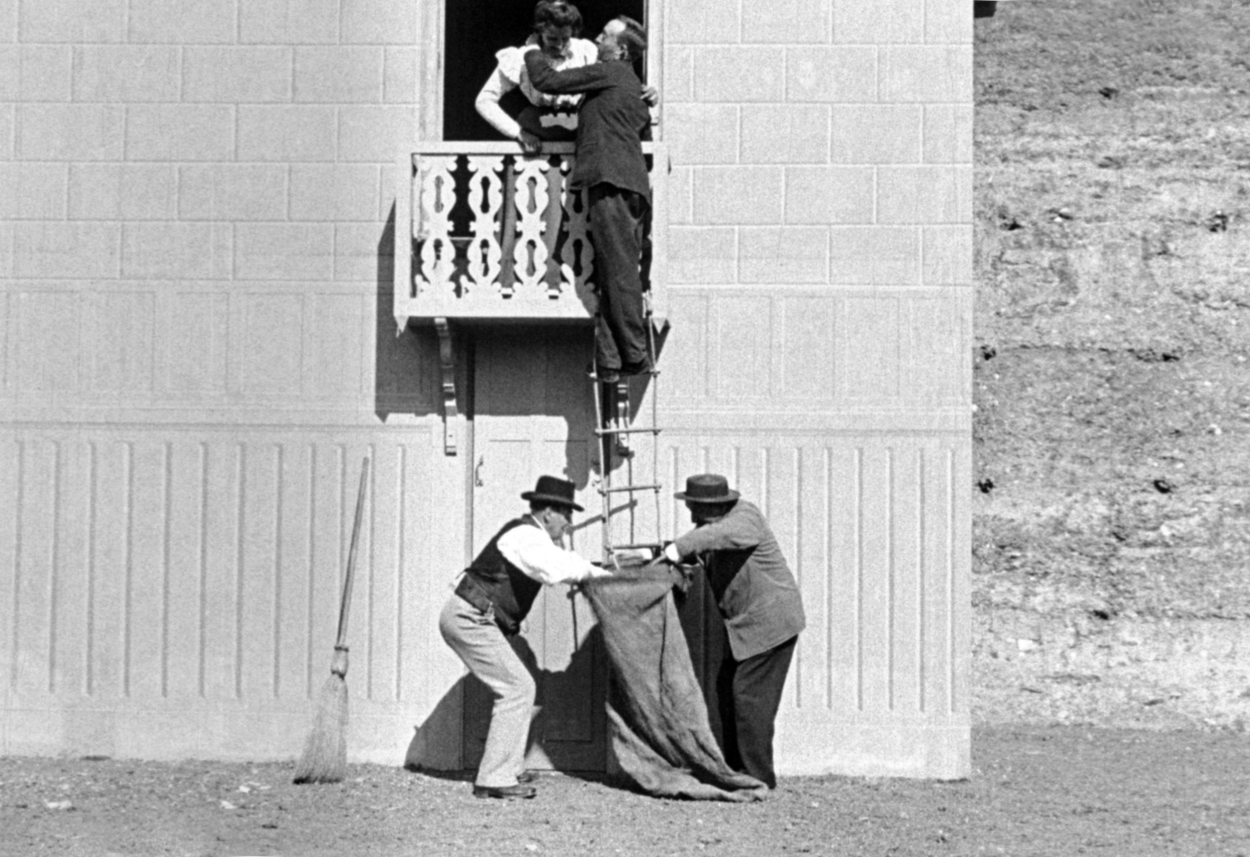 Frieren blir intetanende lurt opp i en sekk etter å ha stjålet kyss på balkongen.