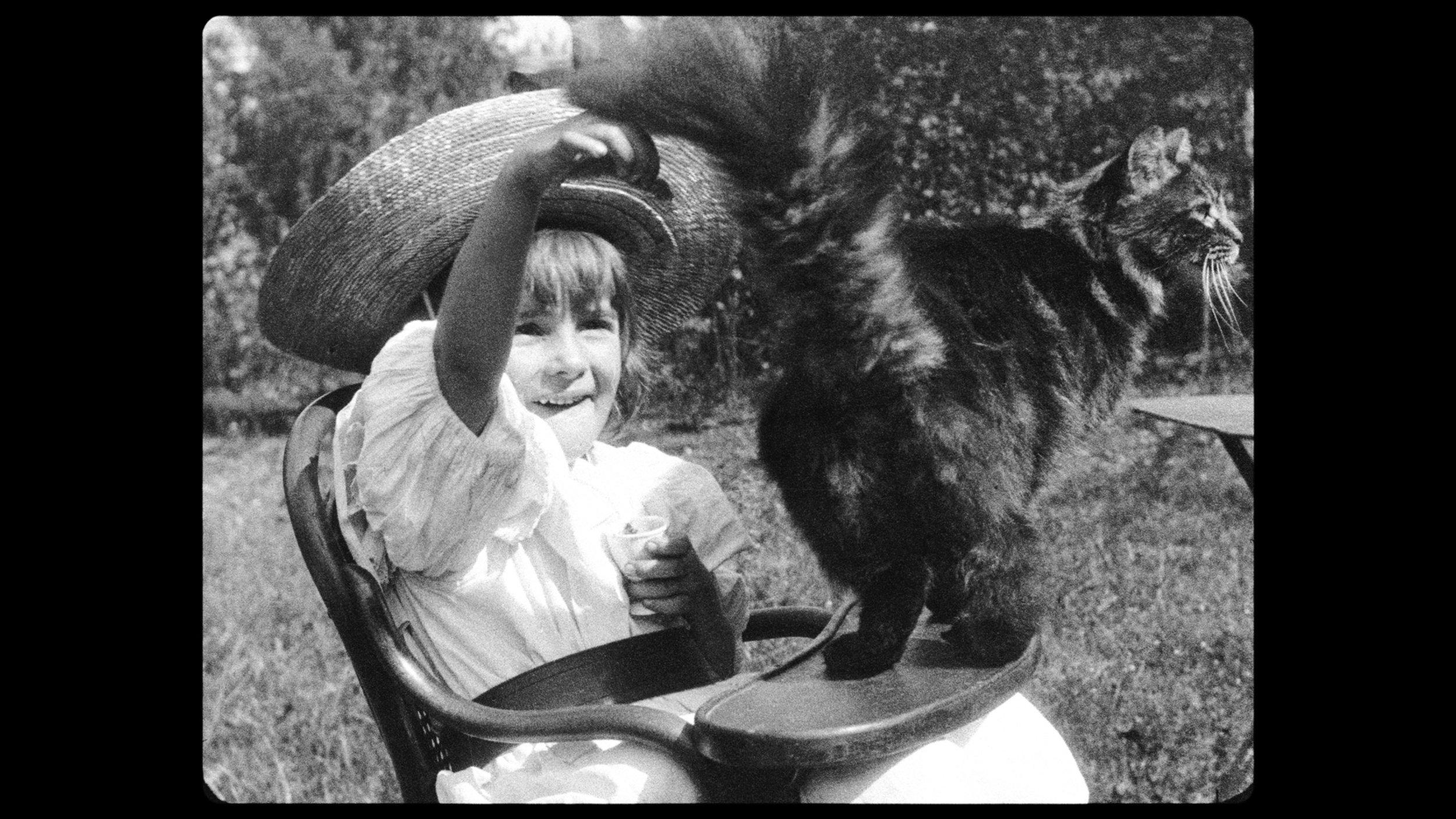 I et livlig opptak får vi se Lumières niese mate husets katt helt til den klorer henne.