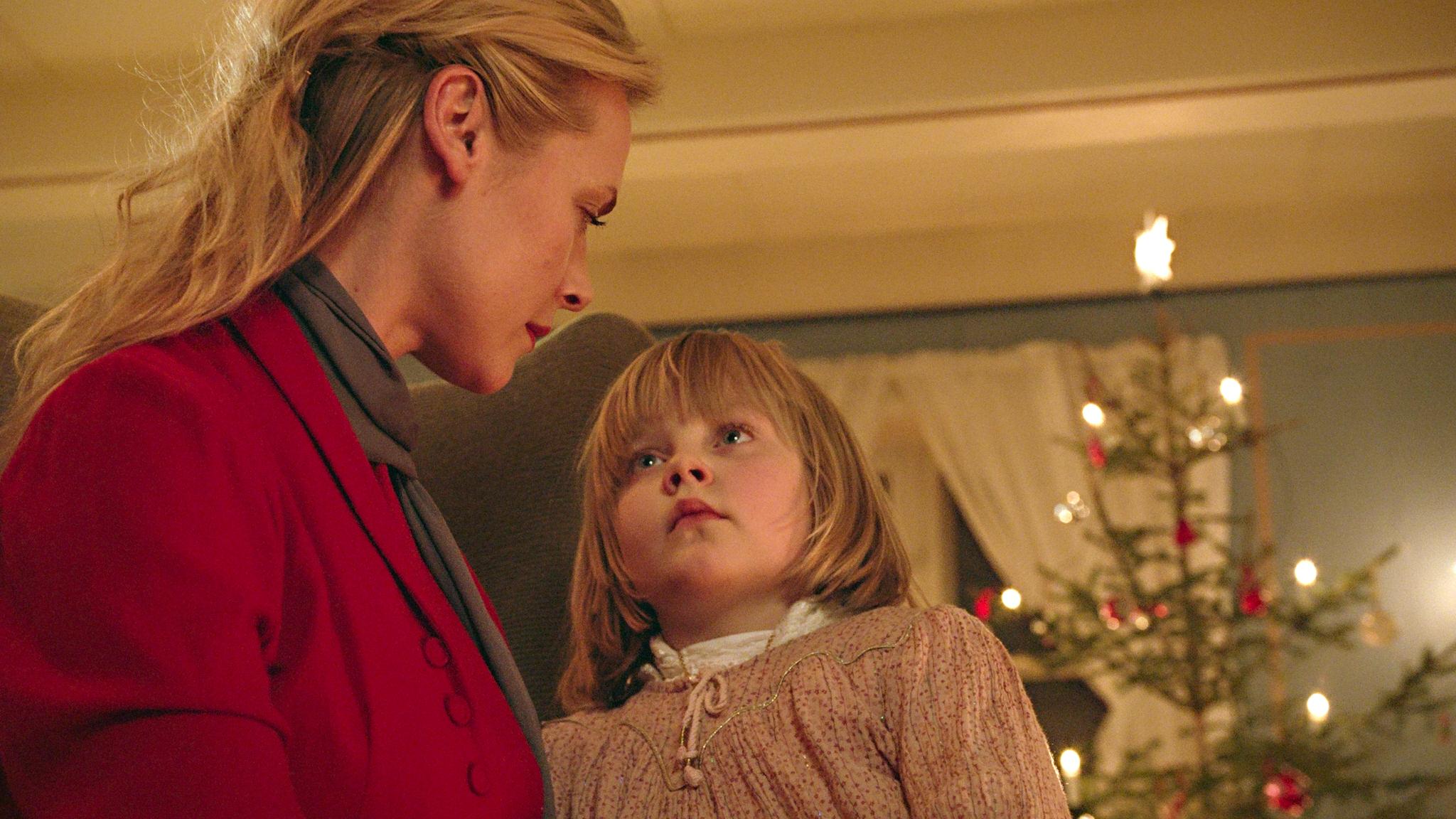 Manusforfatter Maja Lunde borer i forholdet med mor og datter, indirekte iscenesatt i møtet mellom Cathrine (Synnøve Macody Lund) og nabojenta (Ebba Steenstrup Såheim).