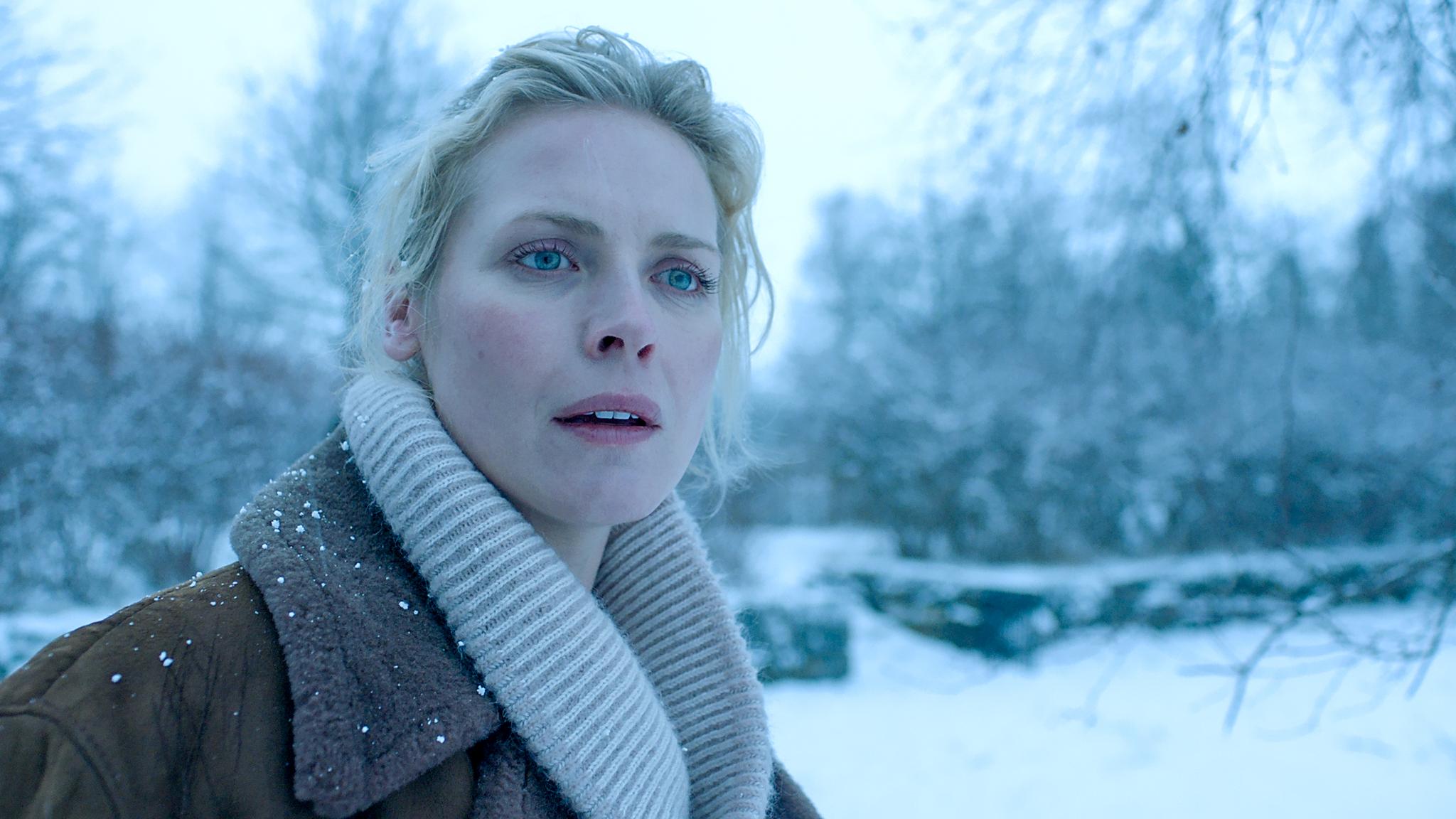 Synnøve Macody Lund levendegjør en sterk kvinneskikkelse som tør å gå inn i fortidens vonde opplevelser.