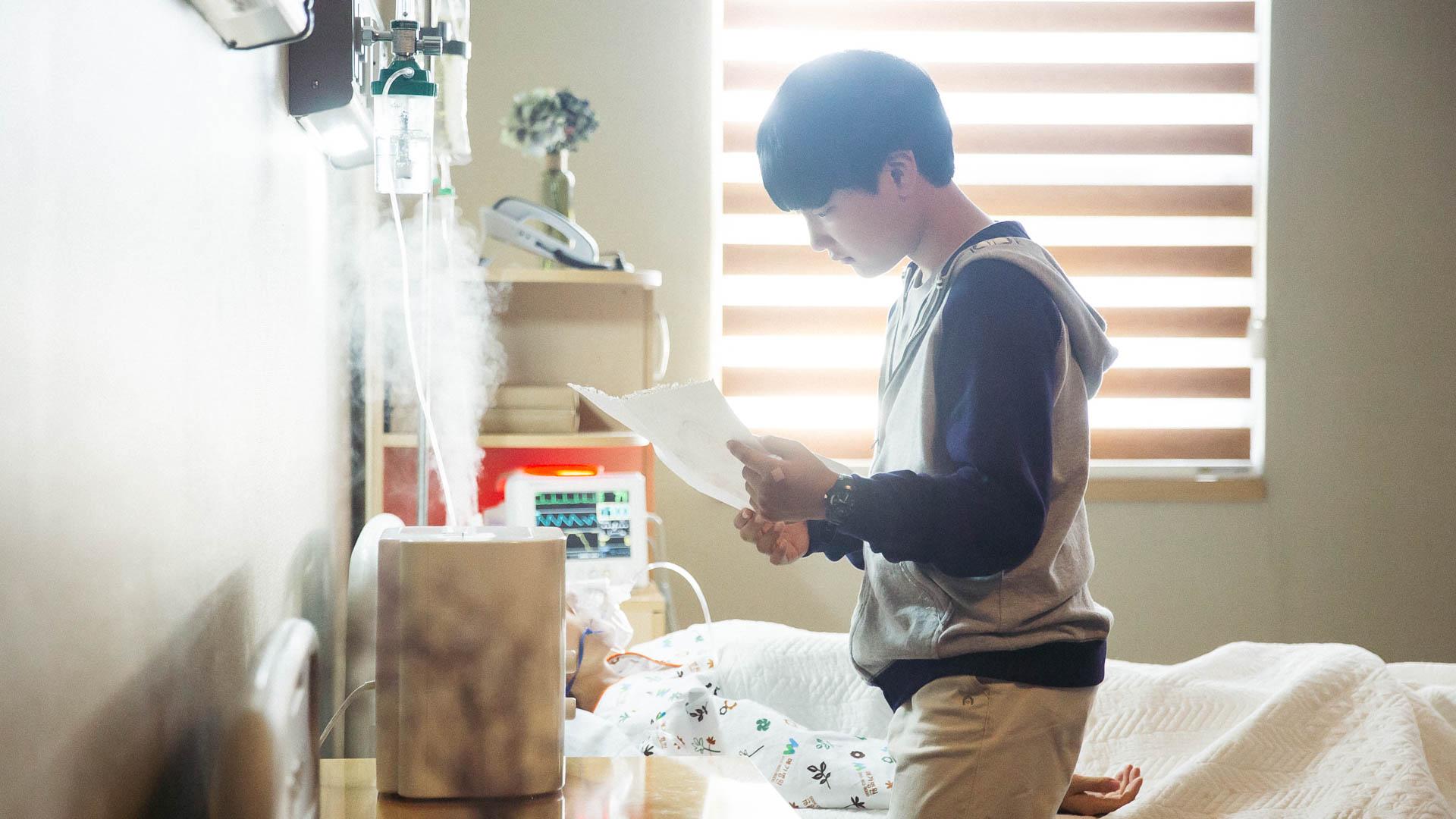 Hvem skal skape et nytt hjem for 12 år gamle Jun-Ho når moren hans ligger døende på sykehus og faren ikke gidder å bry seg med ham?